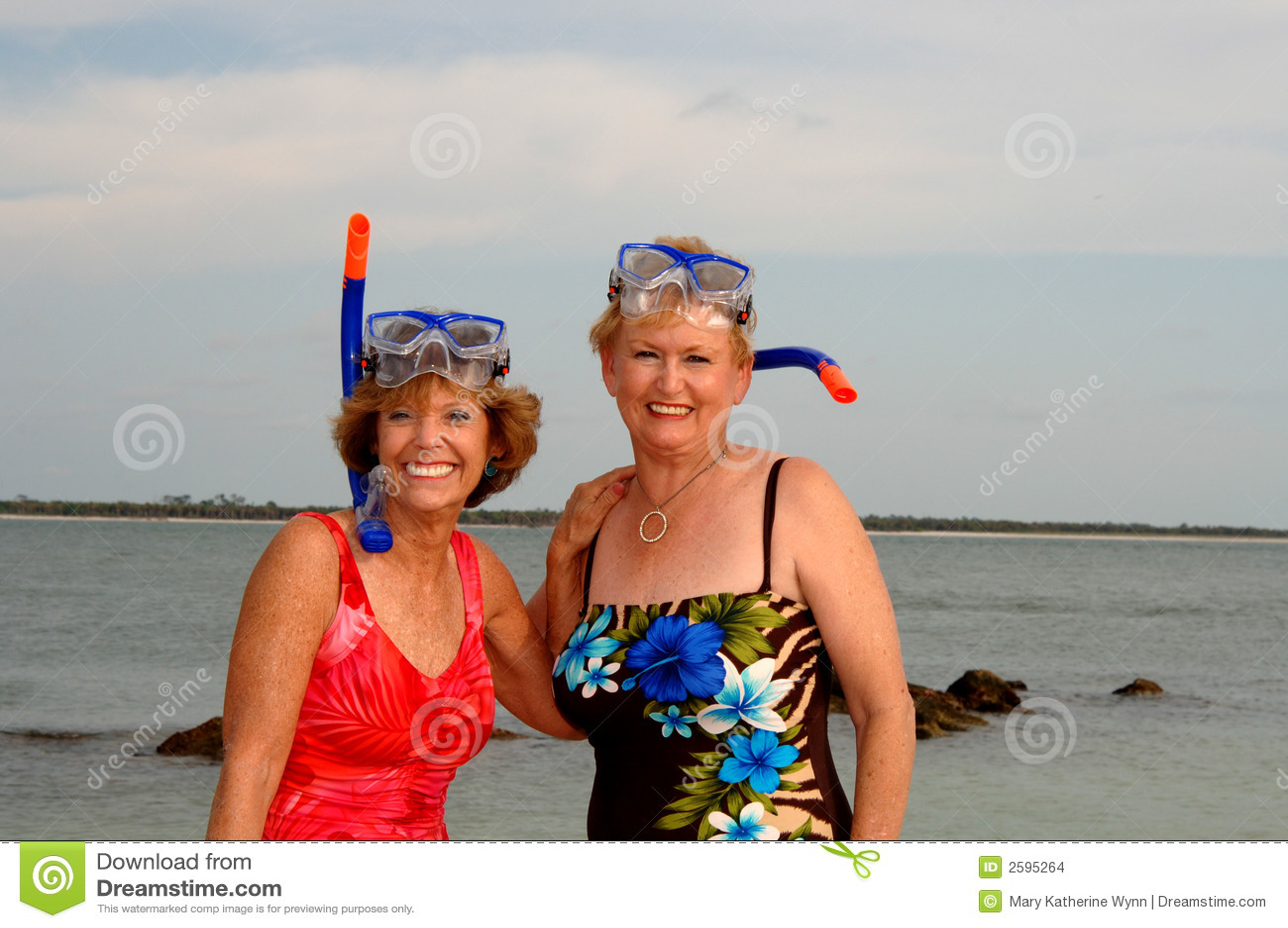 De actieve oudere vrouwen snorkelen
