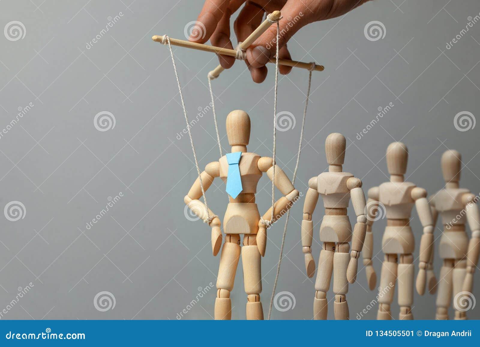 De activist en de arbeiders van de leidersmarionet Concept hoe te om leider in team te leiden Doll in band op de met de hand geco