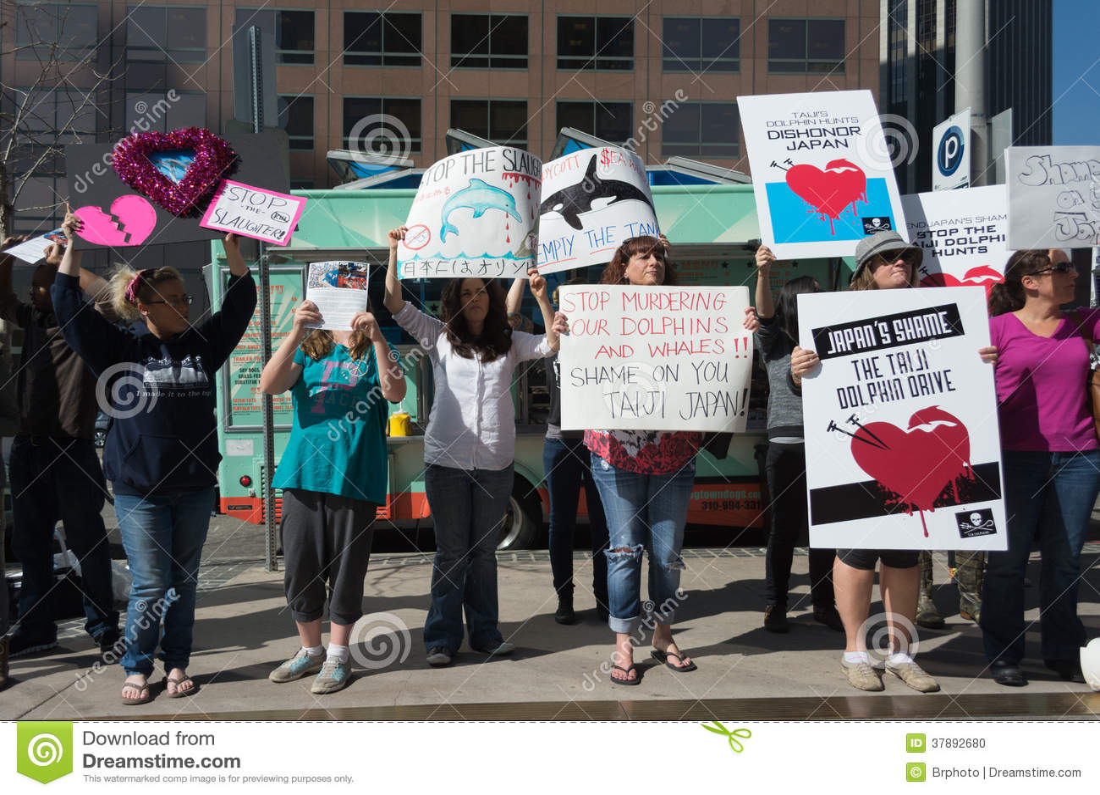 De activisten voor het consulaat van Japan in Los Angeles om de dolfijnen te protesteren slachten in Taiji