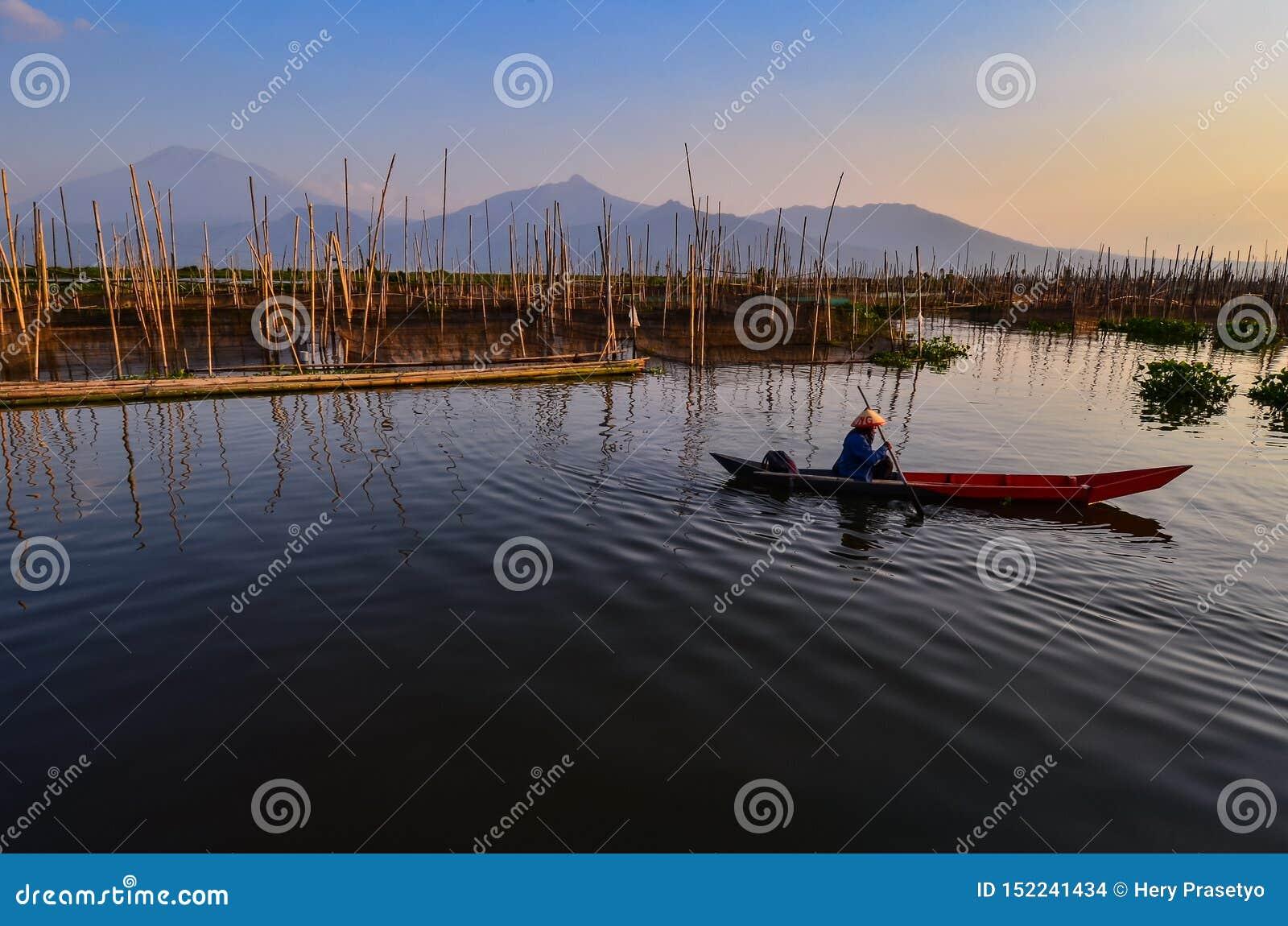 De activiteiten van vissers in de rand van het meer