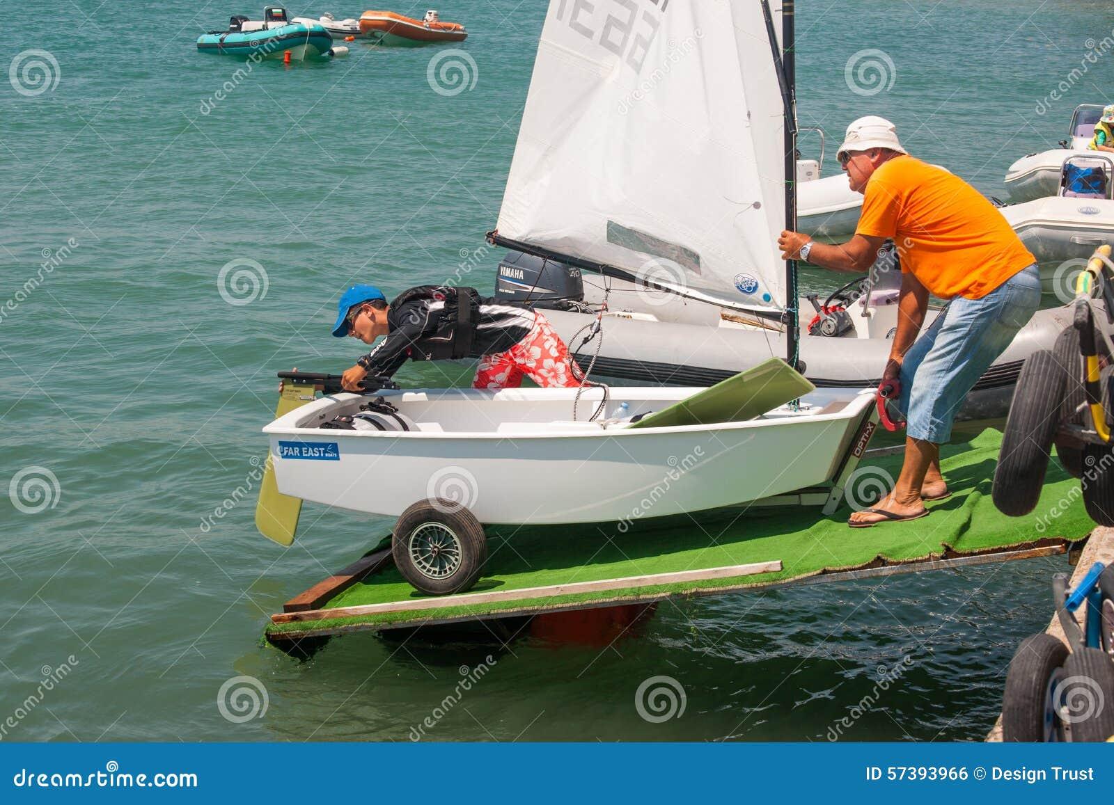 De afdaling aan het water in de boot het varen competities bulgarije