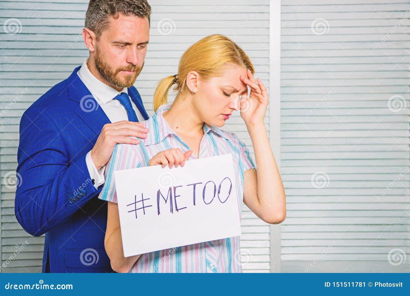 De affiche van de meisjesgreep hashtag me ook terwijl collegarust onderaan haar Slachtofferaanval op het werk De aanvalsverhaal v