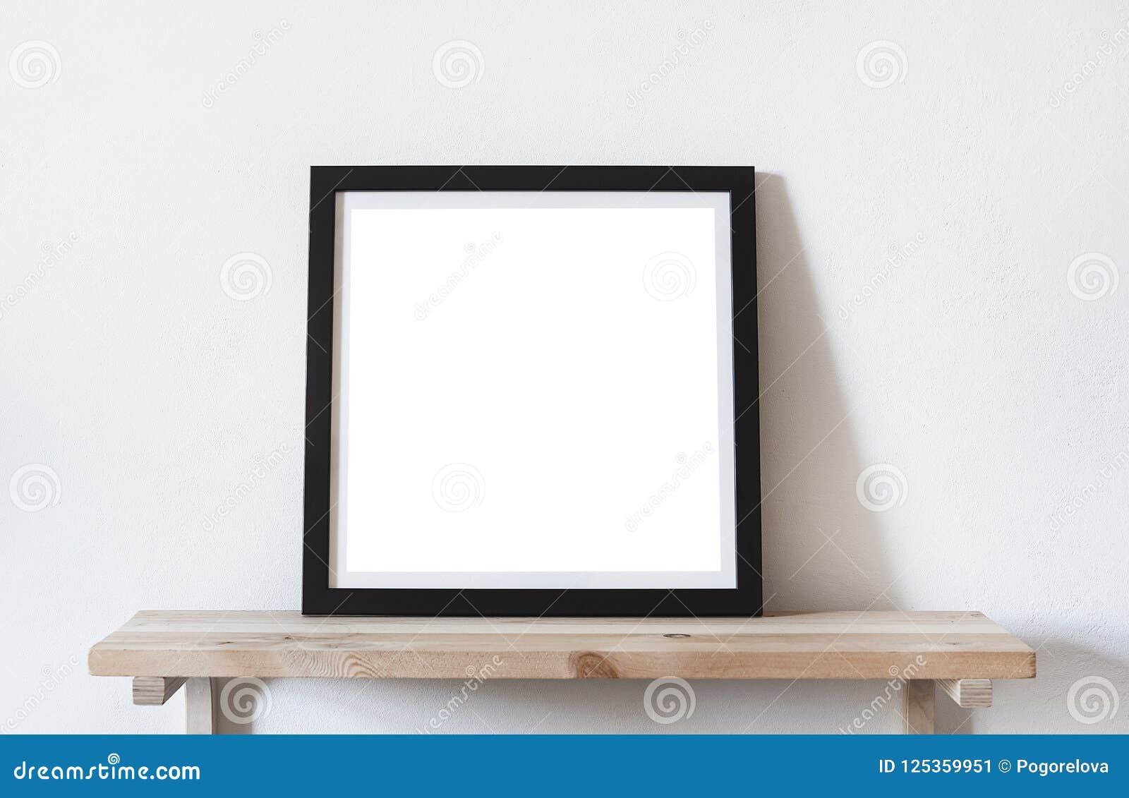 De affiches regelen formaat in zwart kader in wit modieus modern binnenland op plank, woonkamer Het model van het ontwerpmalplaat