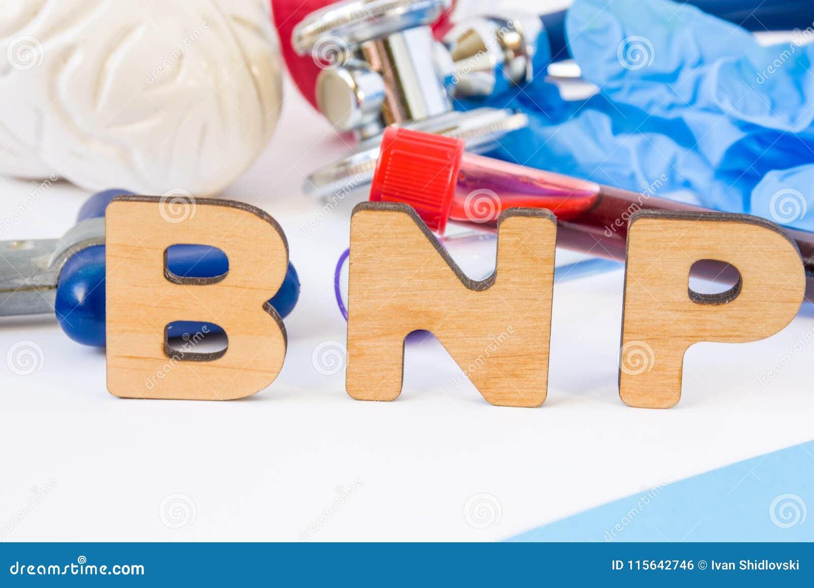 De afkorting of het acroniem van BNP in voorgrond in laboratorium wetenschappelijke of medische praktijk die hersenen natriuretic