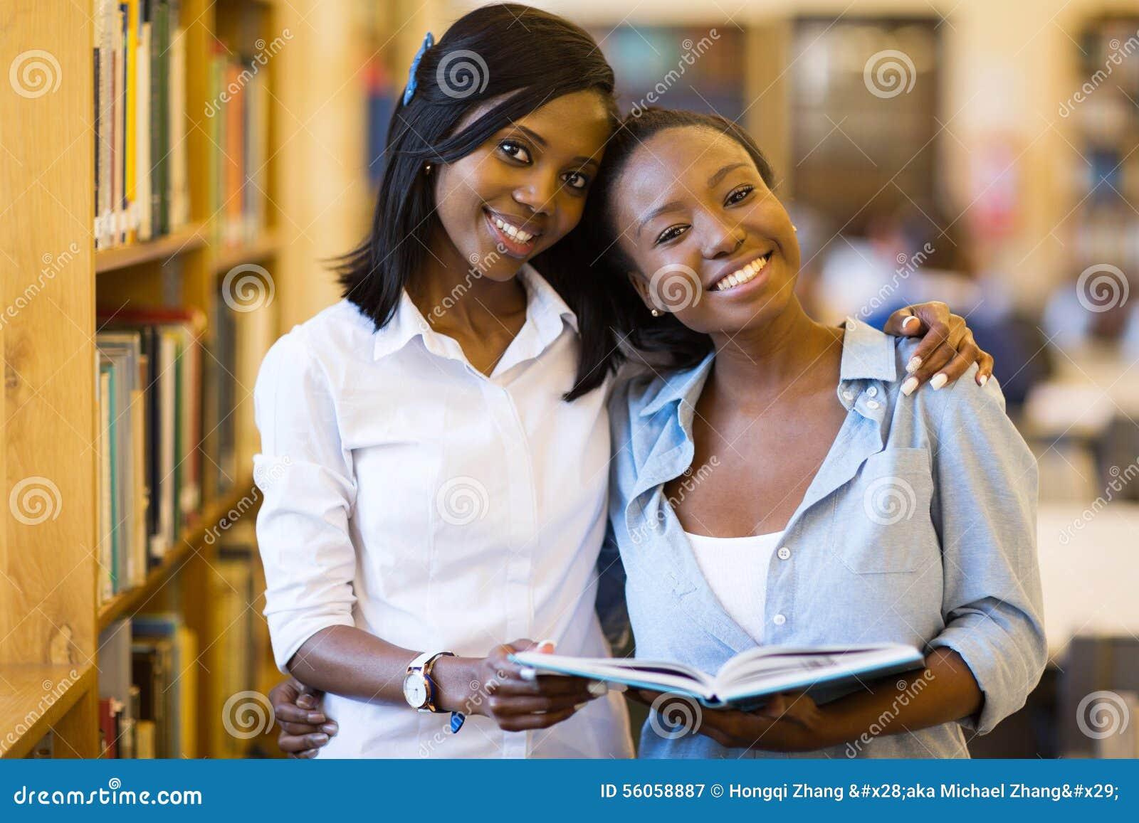 De Afrikaanse bibliotheek van universiteitsmeisjes
