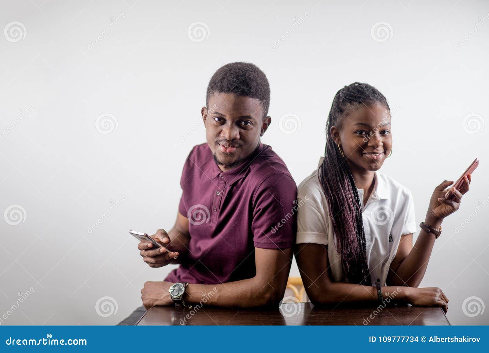 De Afrikaanse Mobiele Telefoons van de Paarholding in een Hand