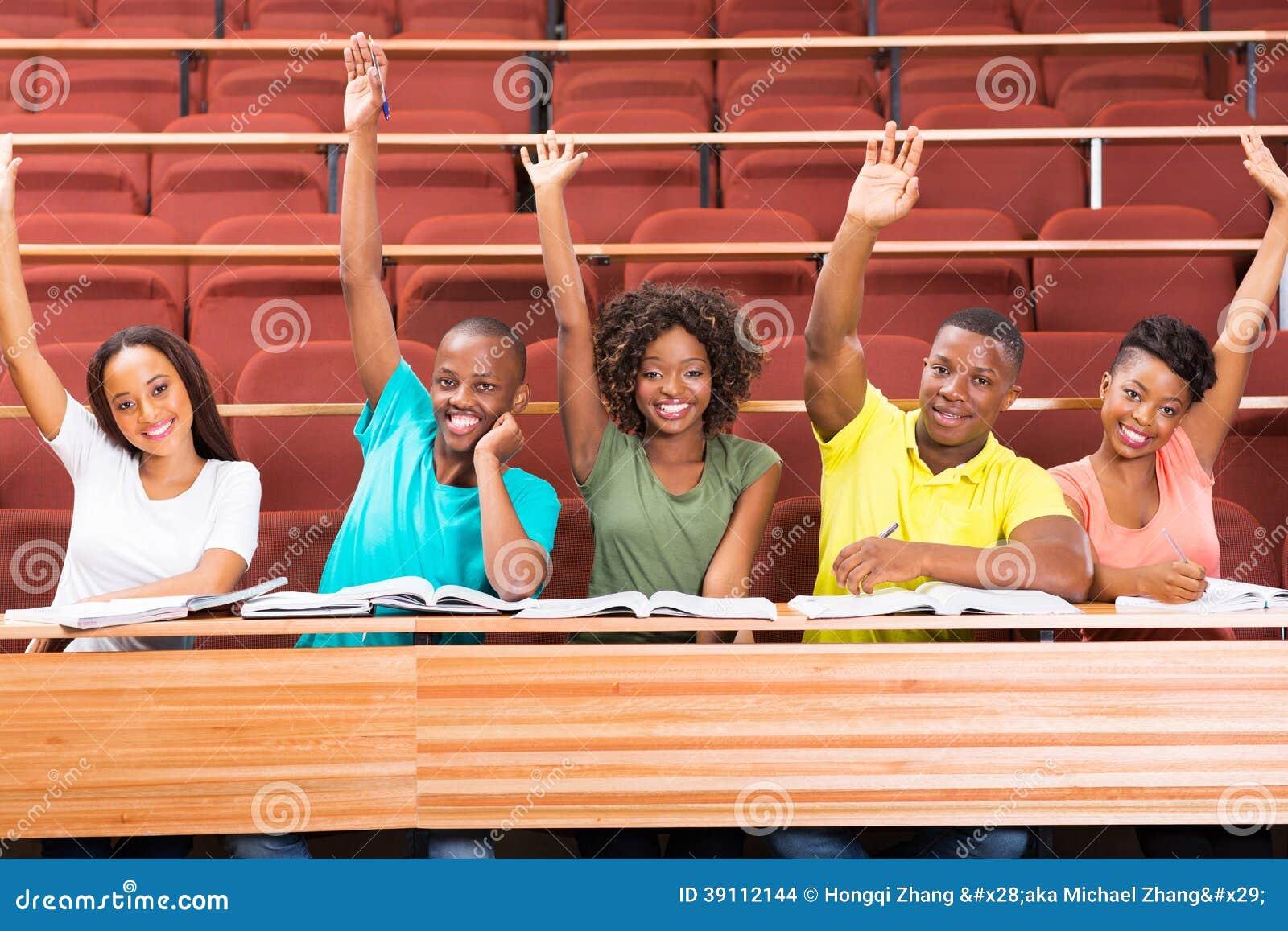 De Afrikaanse wapens van unistudenten omhoog