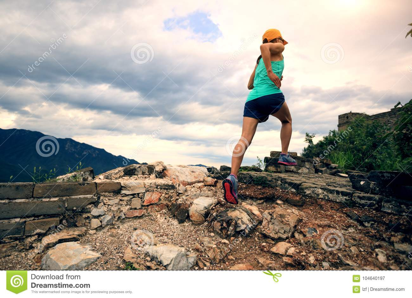 Download De Agent Die Van De Vrouwensleep Bij Grote Muur Lopen Stock Afbeelding - Afbeelding bestaande uit landschap, berg: 104640197