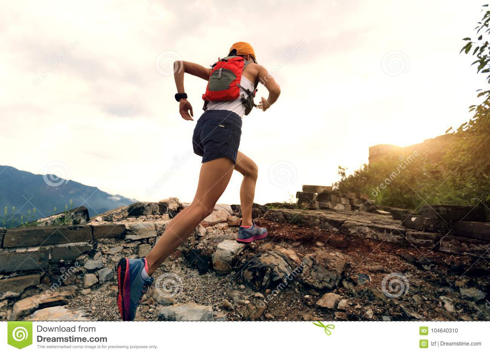 Download De Agent Die Van De Vrouwensleep Bij Grote Muur Lopen Stock Foto - Afbeelding bestaande uit marathon, gezond: 104640310