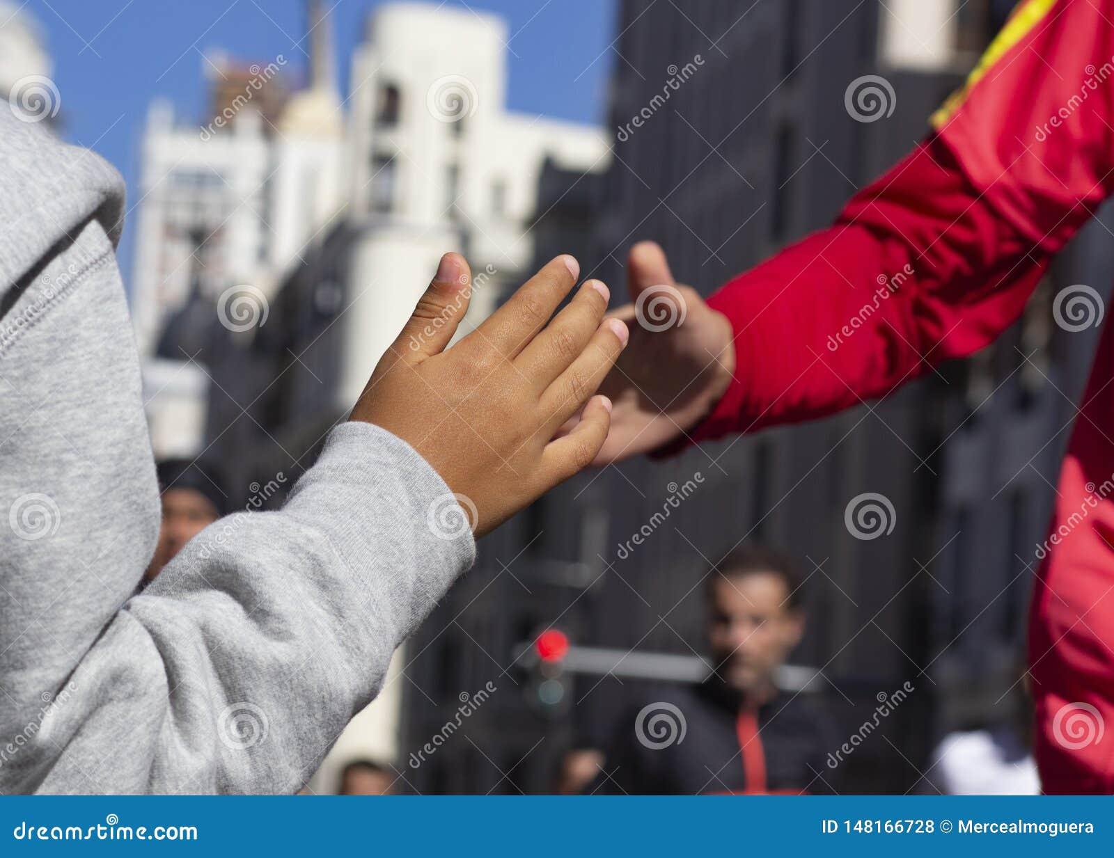 De agent en het kind slaan hun handen