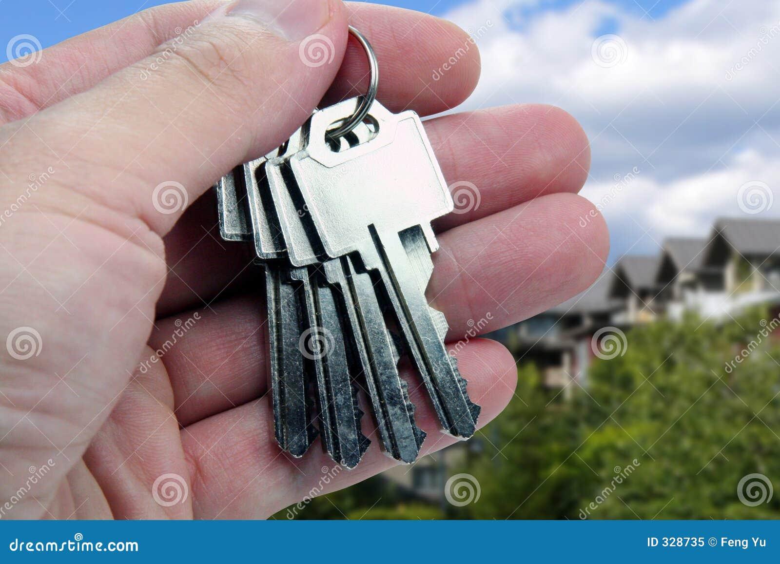 De agent van onroerende goederen Overhandigt de sleutels