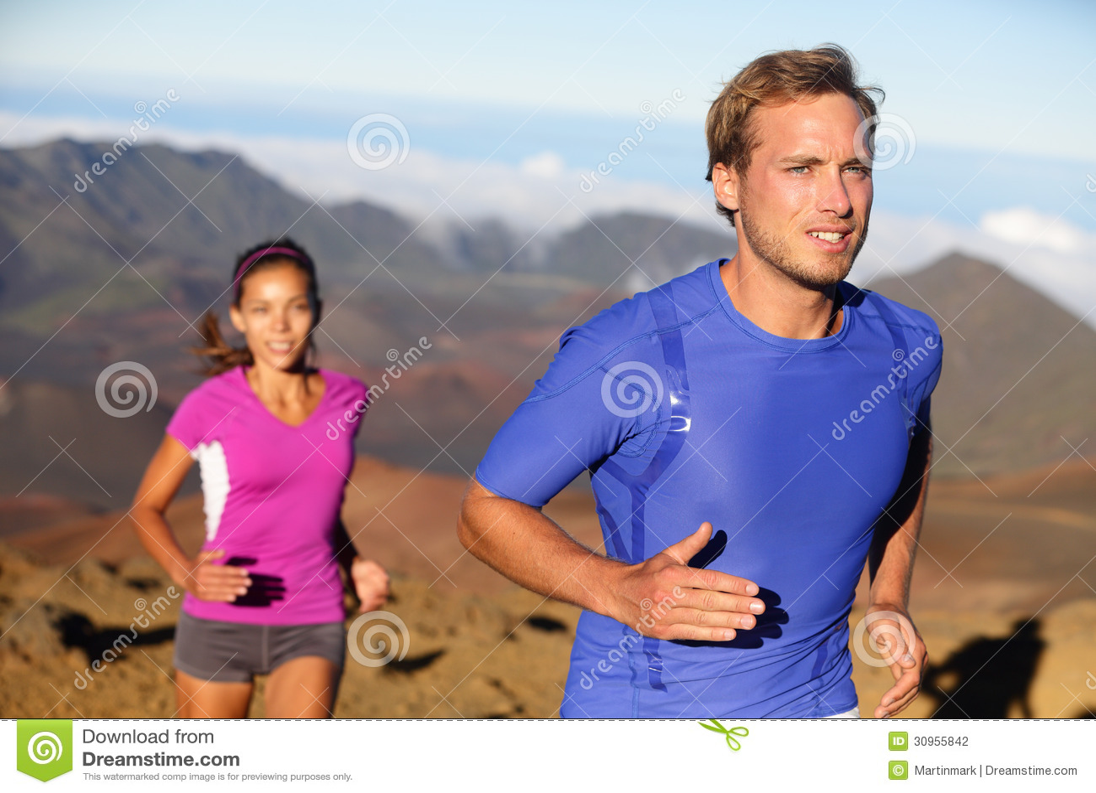 De agenten slepen lopend atleten jong paar