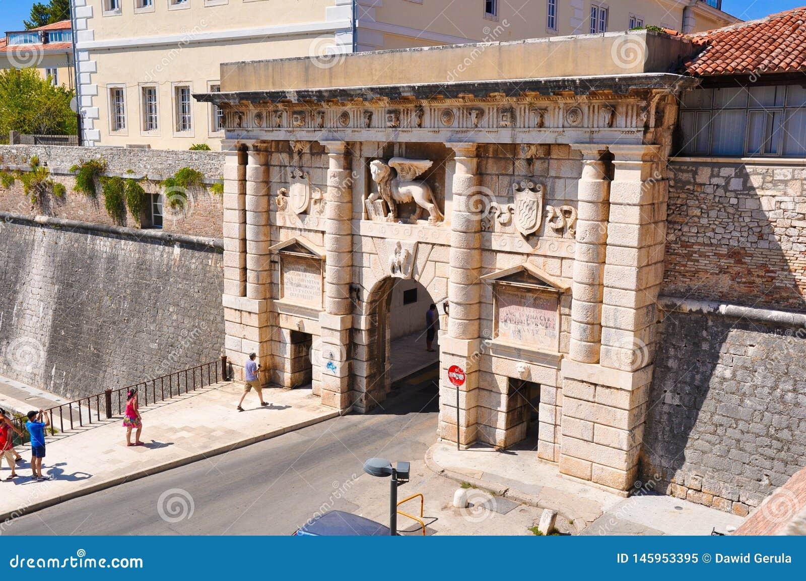 21 de agosto de 2012 Croacia, Zadar: La puerta en dirección a la tierra con el león de St Mark en Zadar