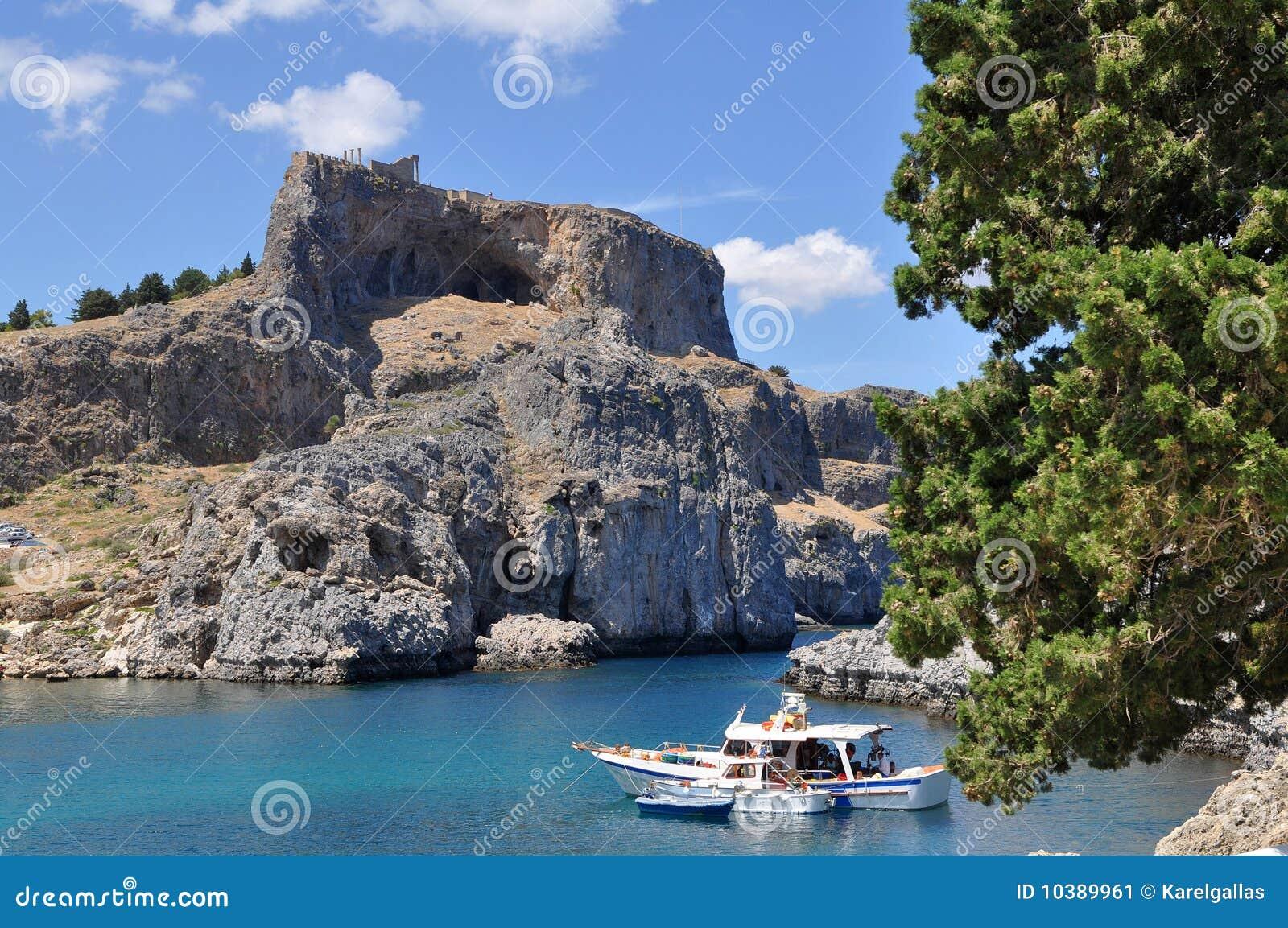 De Akropolis van Lindos over haven Rhodos,