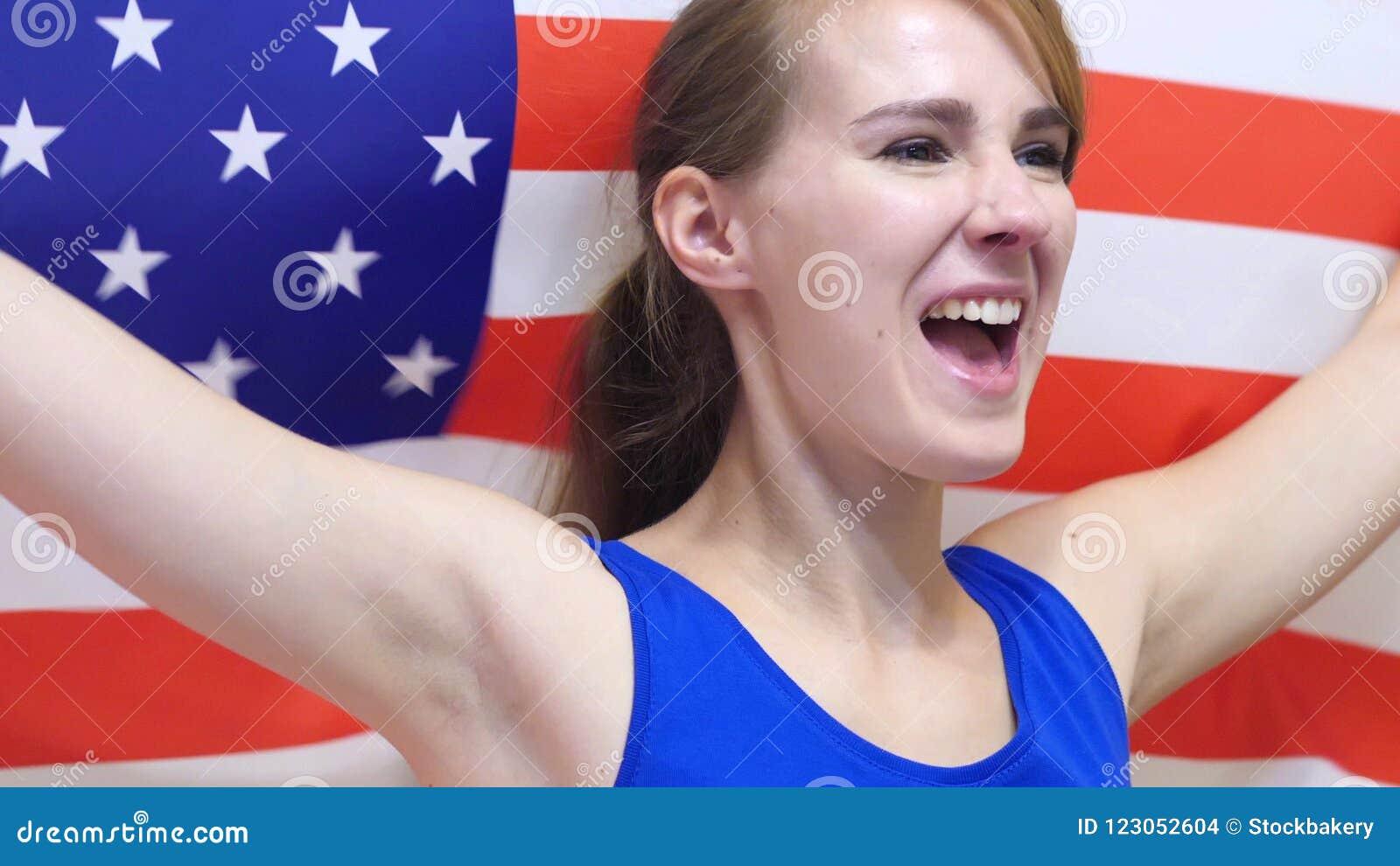De Amerikaanse Jonge Vrouw viert het houden van de Vlag van de V.S. in Langzame Motie