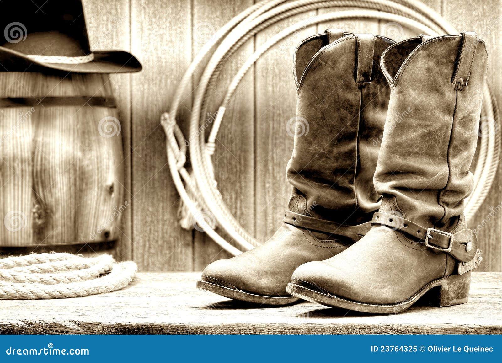 De Amerikaanse Laarzen van de Cowboy van de Rodeo van het Westen bij een Schuur van de Boerderij