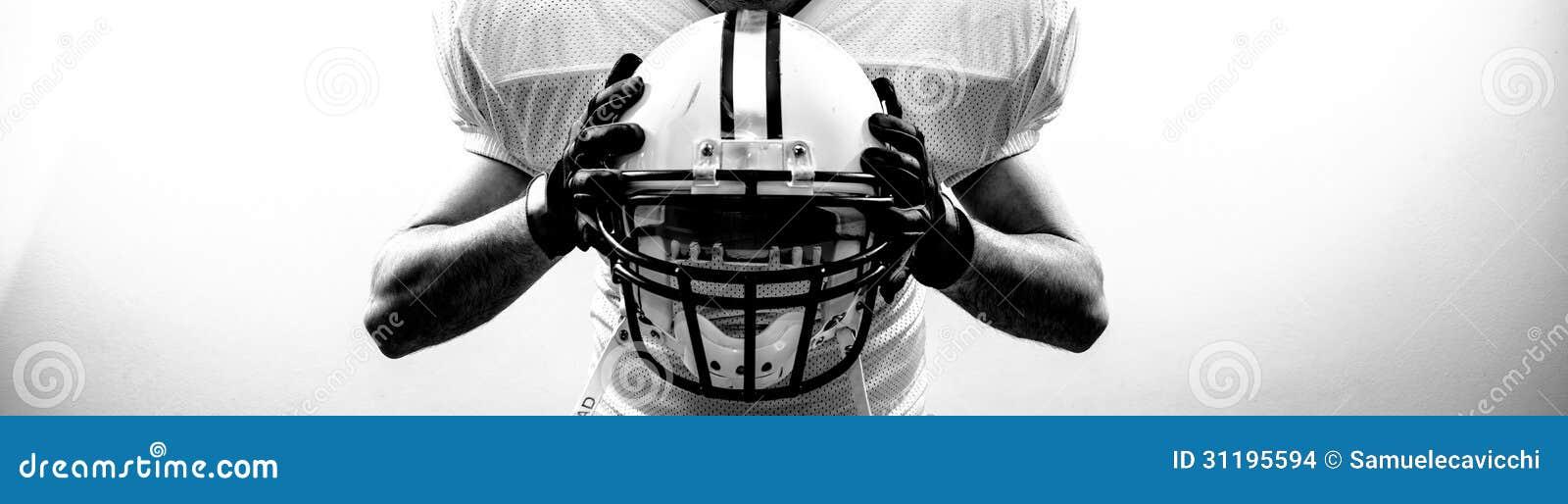 De Amerikaanse Voetbal runningback strateeg neemt een helm