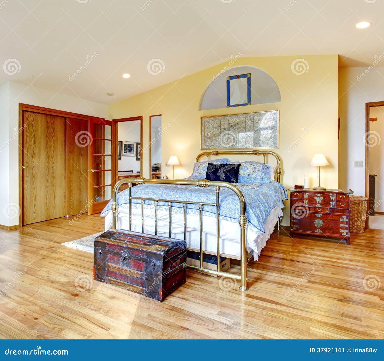 De Antieke Slaapkamer Van Het Stijlplatteland Stock Afbeelding ...