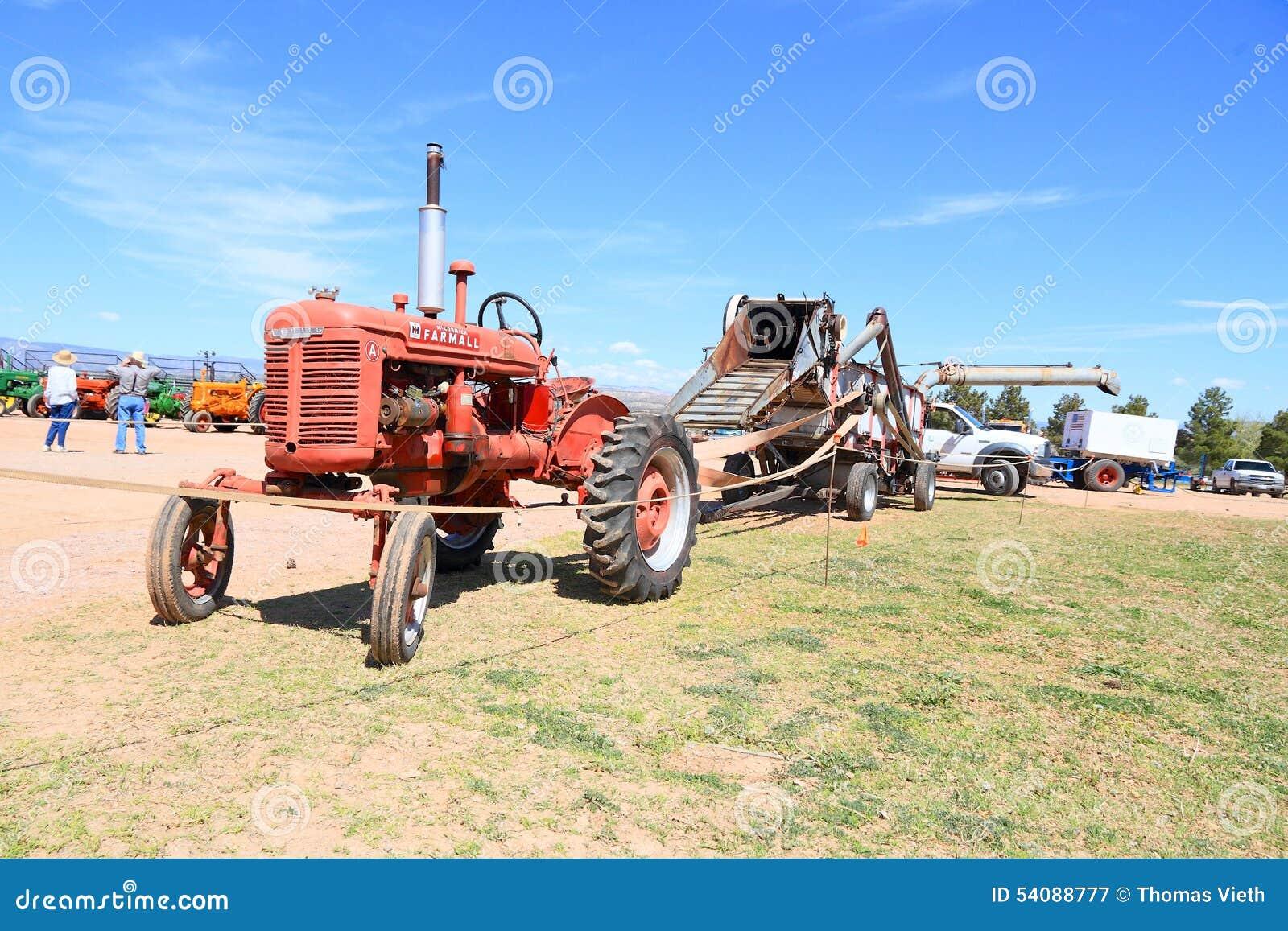 De antieke & Tractor die Maaidorser trekken aandrijven