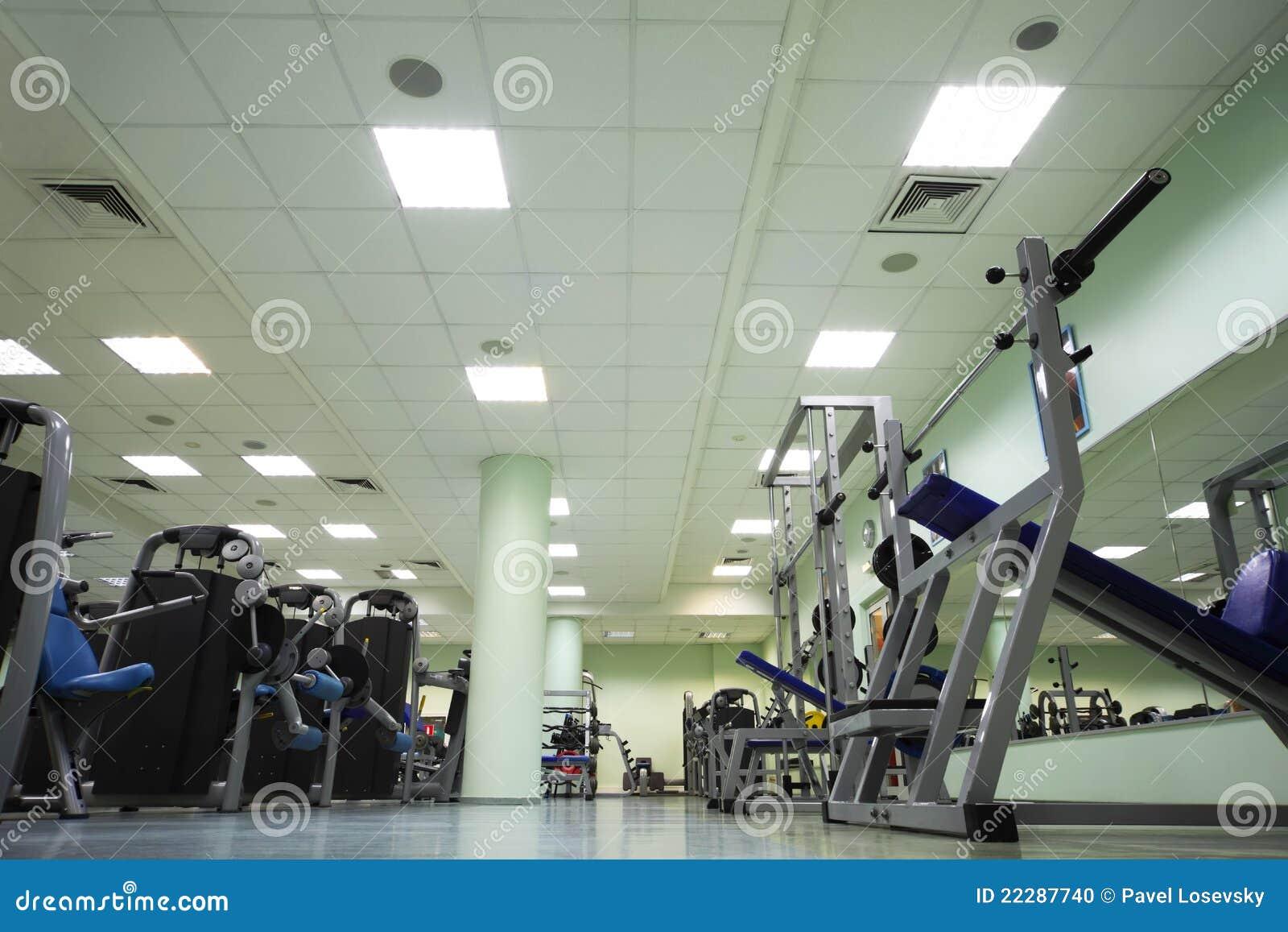 De apparaten van de opleiding in grote sportclub