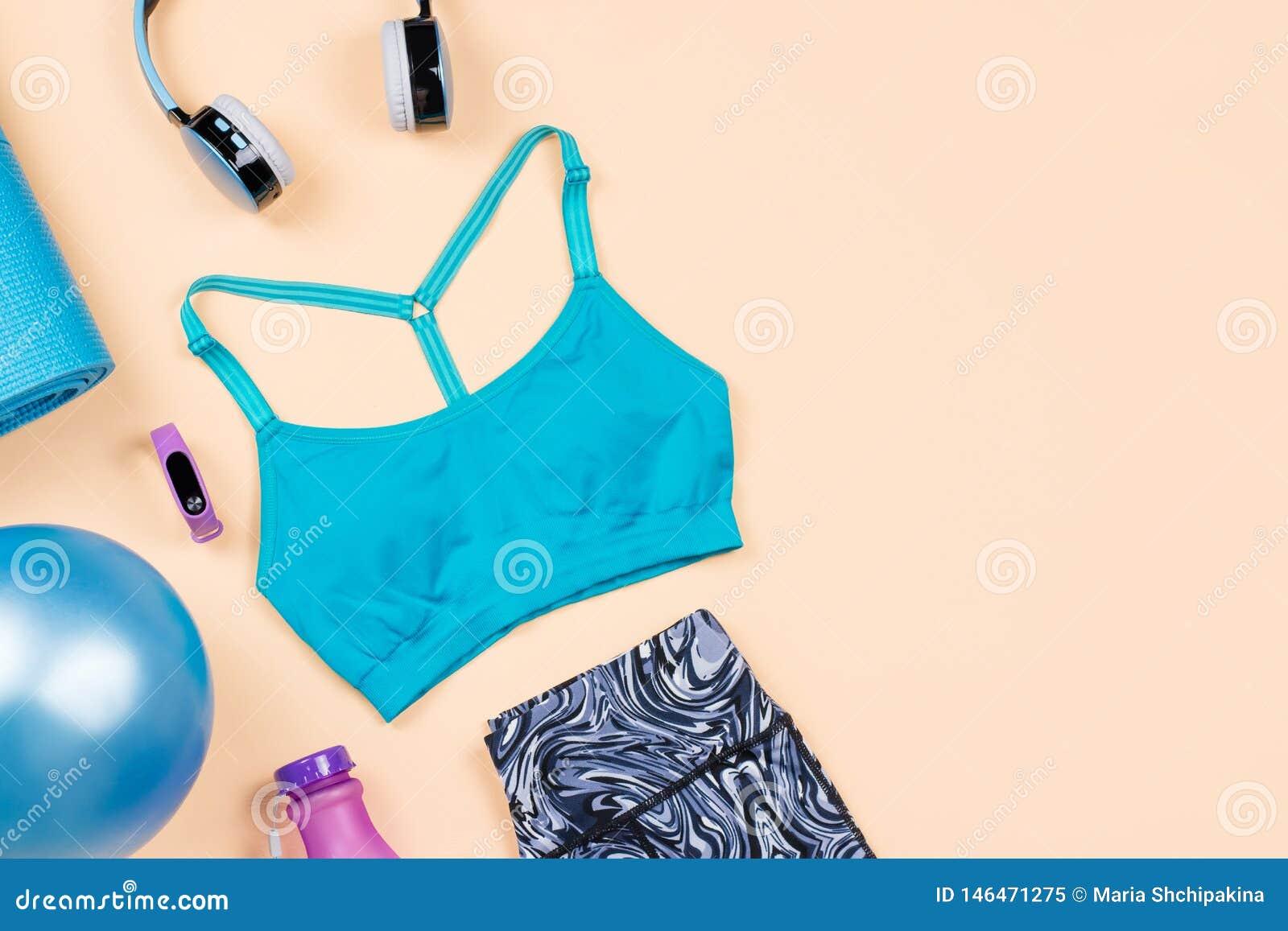 De apparatuur van de geschiktheid De toebehoren en de kleren de vlakte van de vrouwentraining lag Hoogste mening, geschiktheidsac