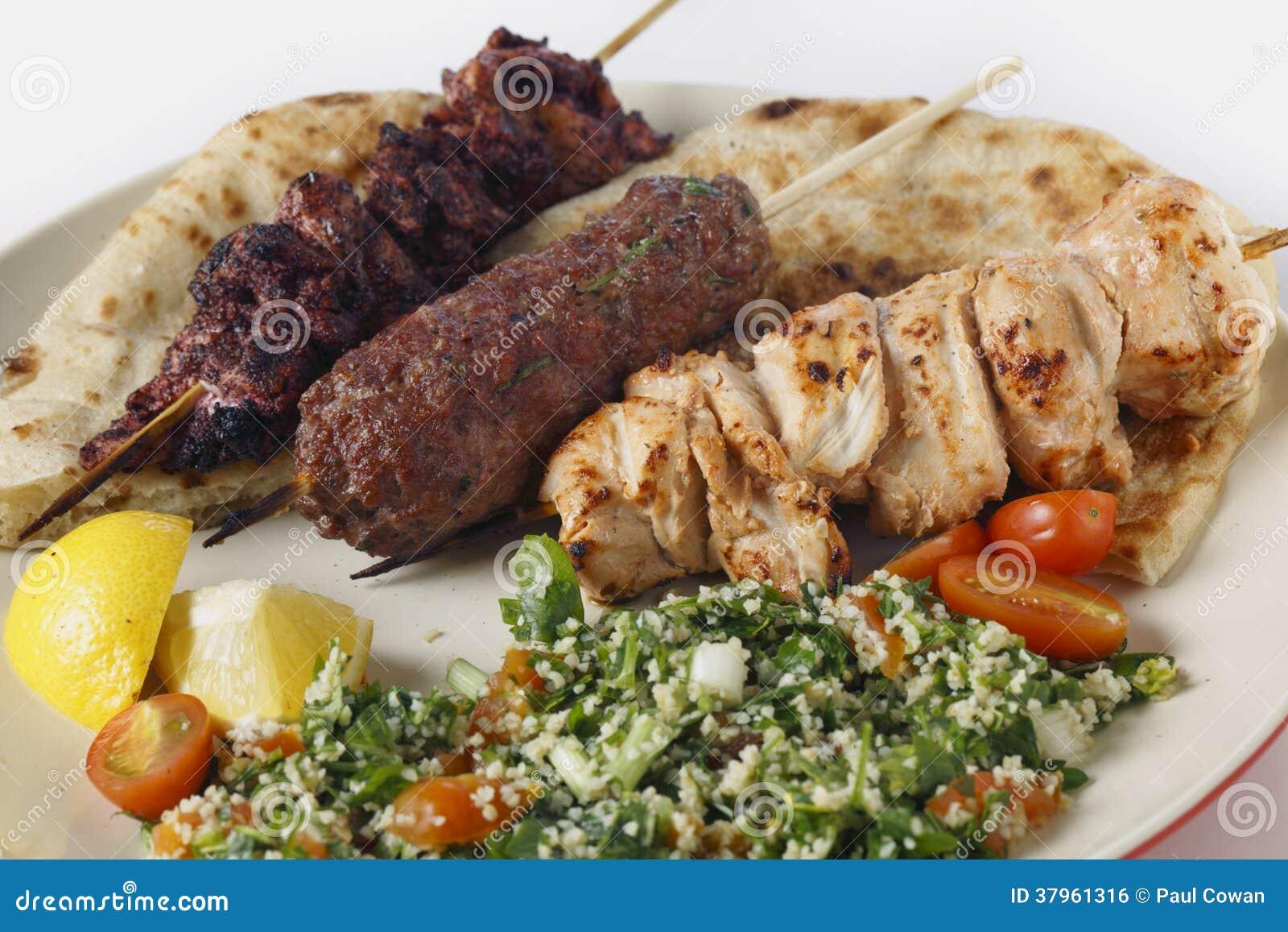 De Arabische maaltijd van de stijlbarbecue met tabouleh