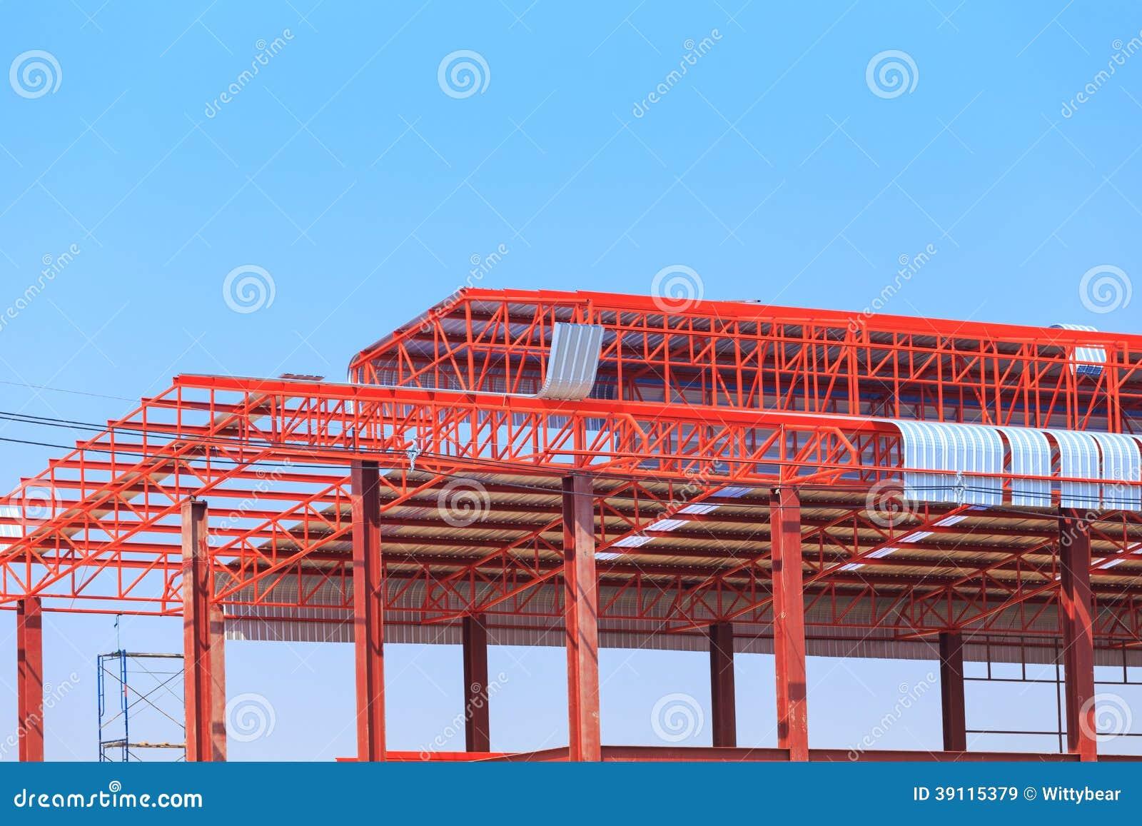 De arbeid die in bouwwerf voor dak werken treft voorbereidingen