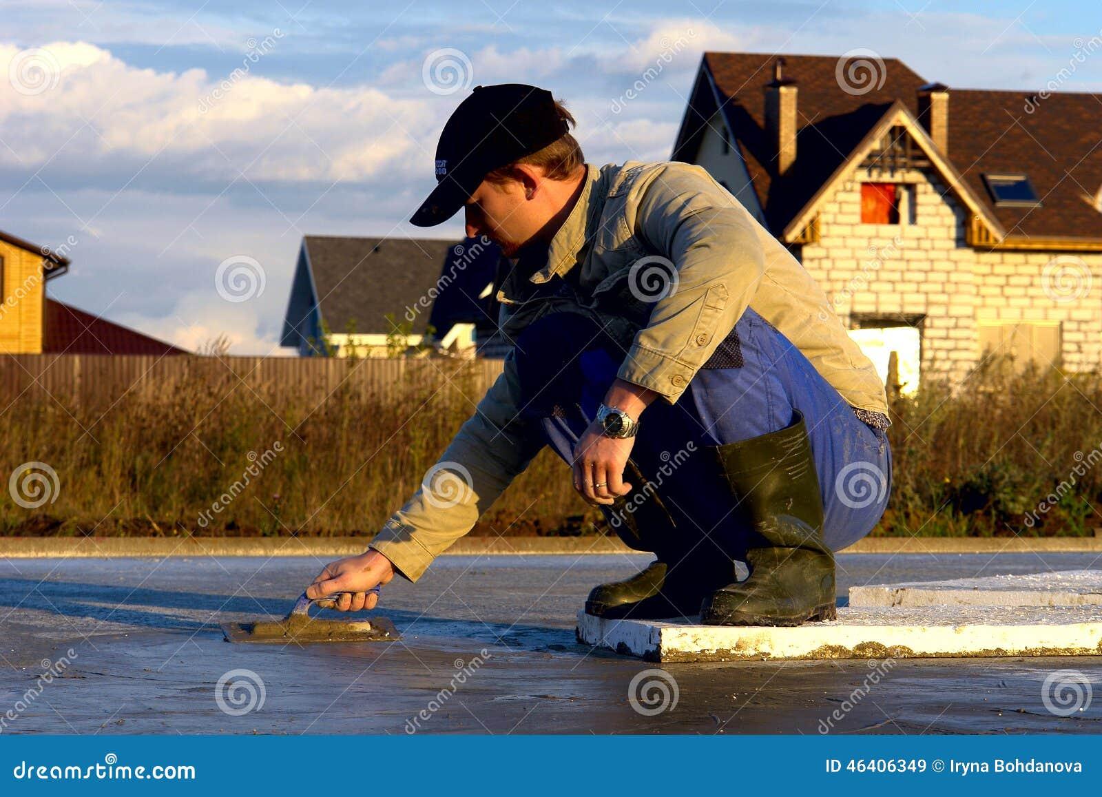 De arbeider bouwt een stichting