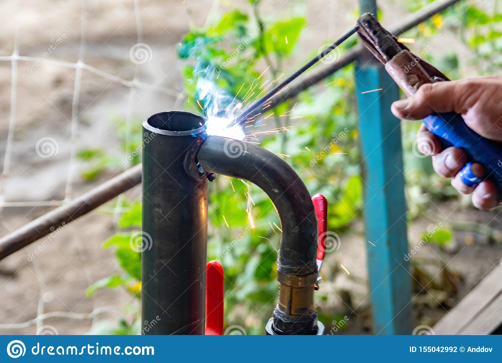 De arbeider kookt de het verwarmen pijp, die verbinding lassen Het voorbereidingen treffen voor de winter het verwarmen