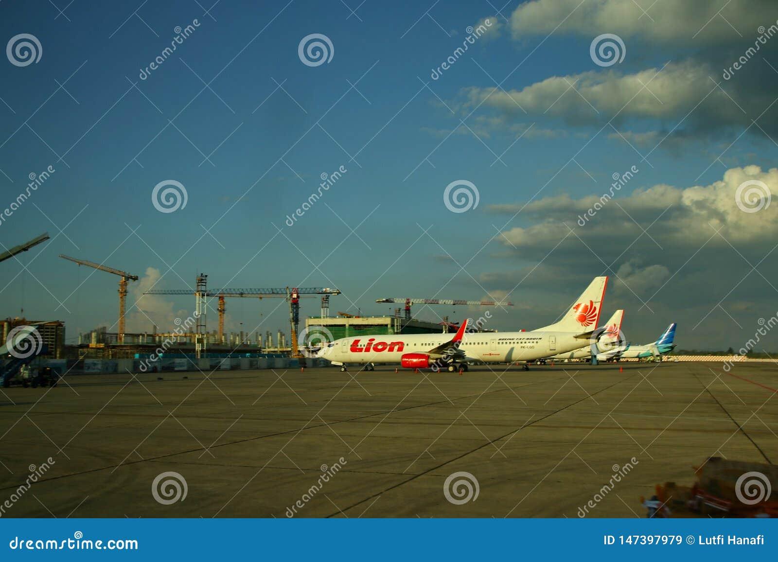 De arbeiders bij de vliegtuigluchthaven, Soekarno Hatta, die van achter het glas werd gefotografeerd