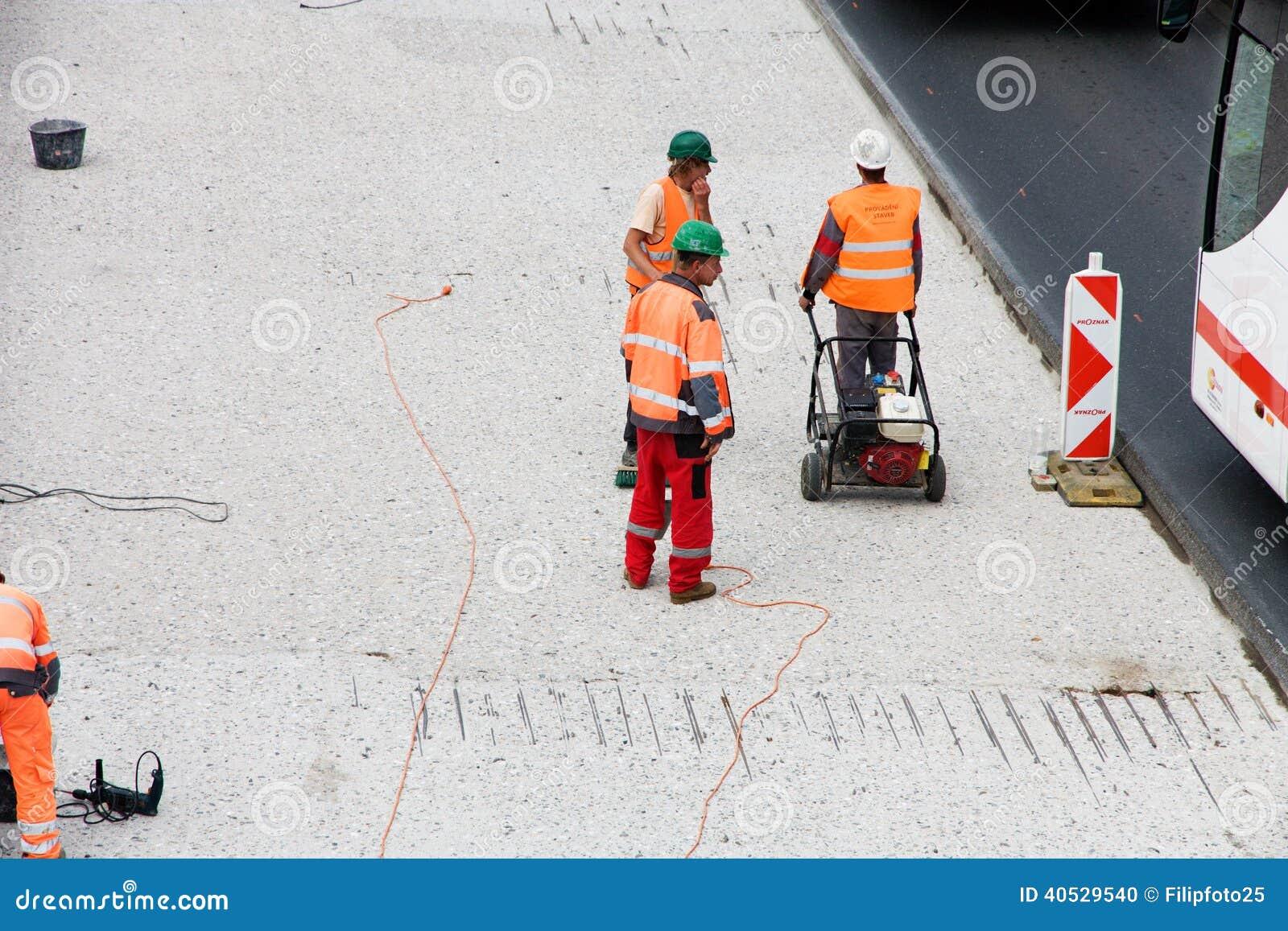 De arbeiders herstellen weg