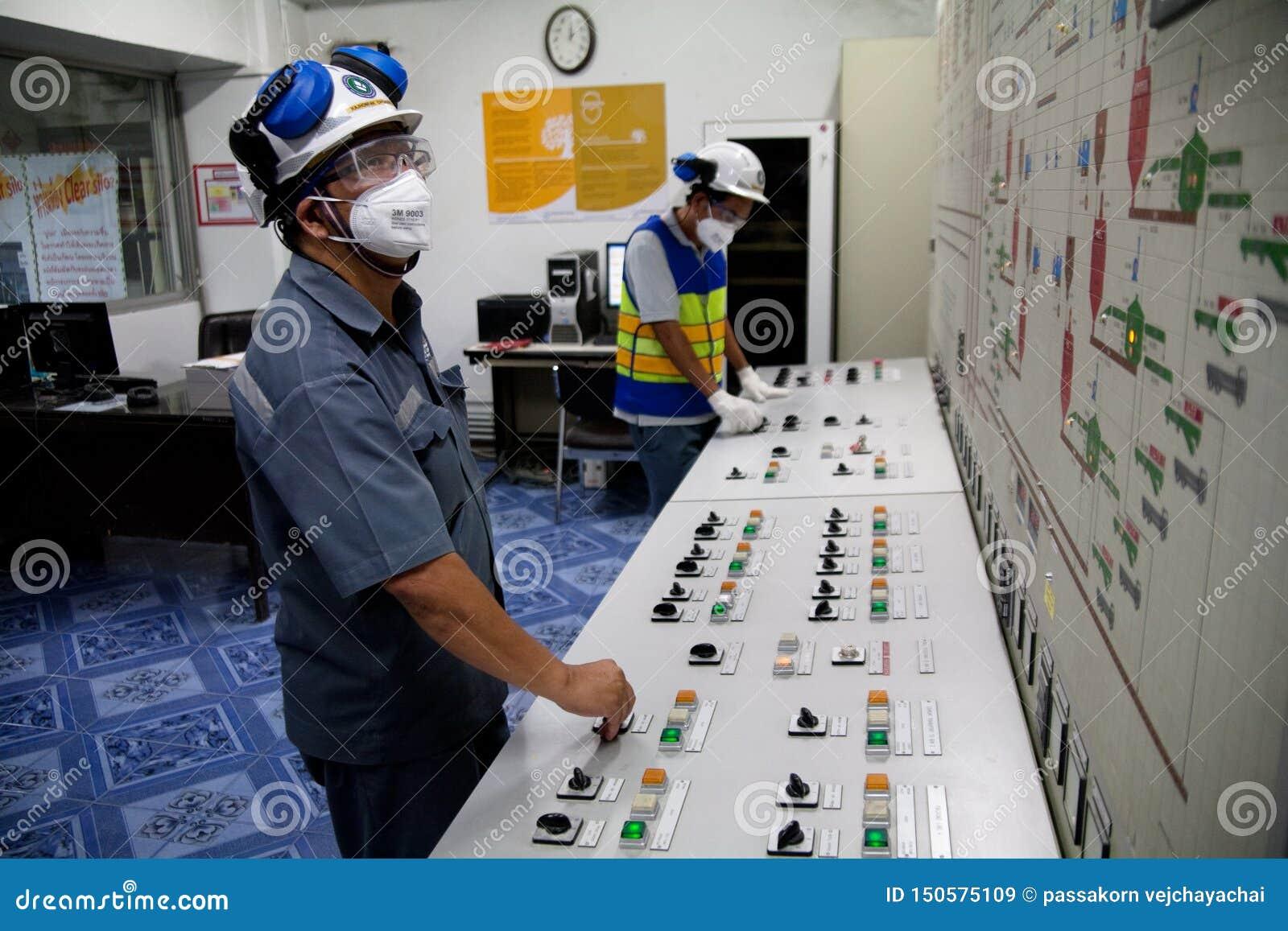 De arbeiders van de cementfabriek