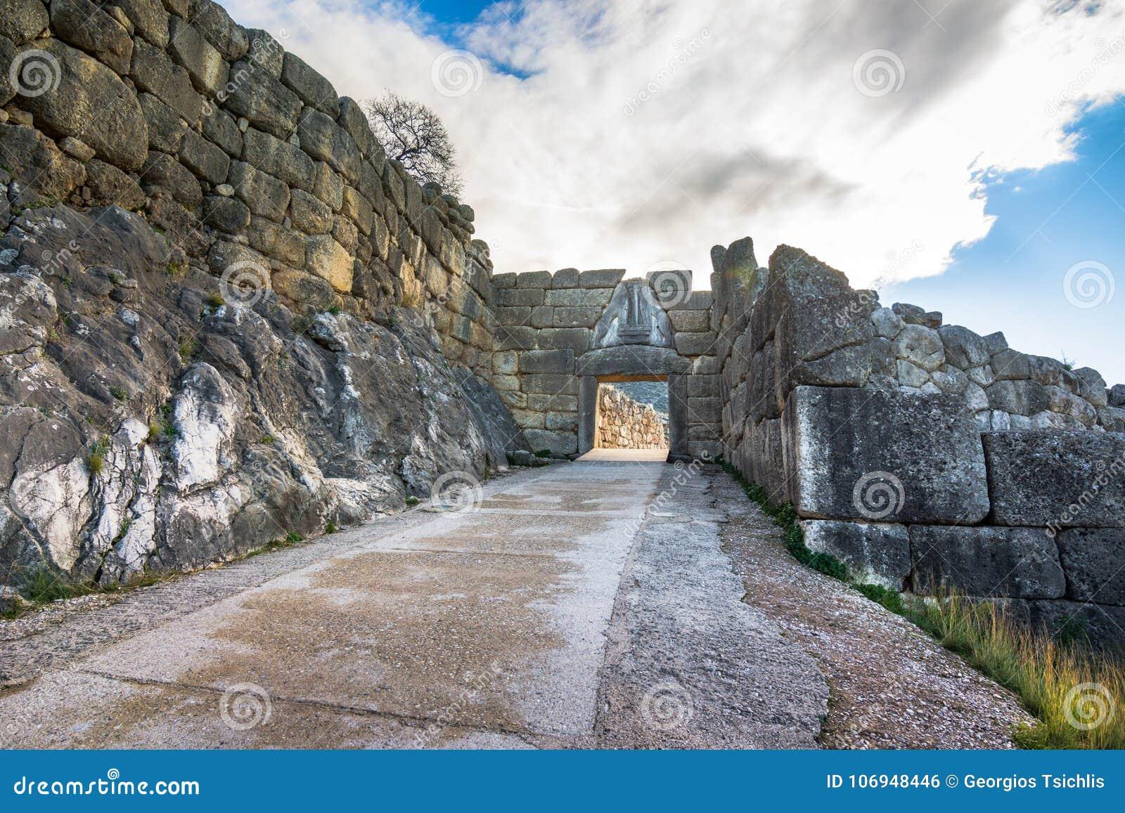 De archeologische plaats van Mycenae dichtbij het dorp van Mykines, met oude graven, reuzemuren en de beroemde leeuwenpoort
