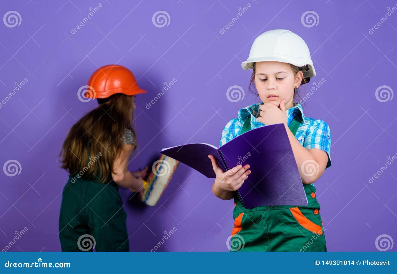 De architect van de bouwersingenieur Jong geitjearbeider in bouwvakker Kinderverzorgingontwikkeling kleine meisjes die samen in w