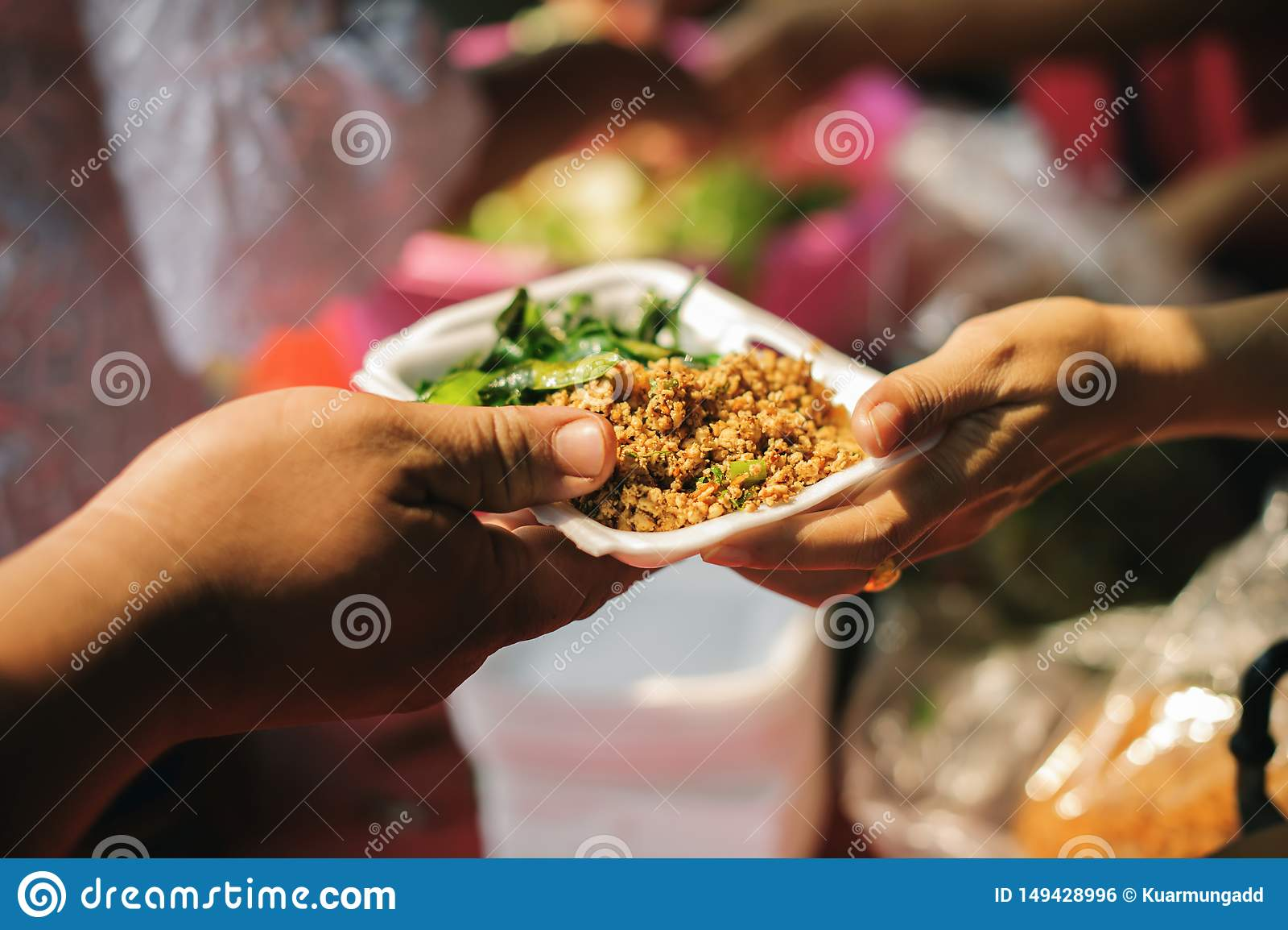 De armoede in de maatschappijarmen heeft voedsel van de filantroop geschonken: Conceptenarmoede en schenking: De vrijwilligers de