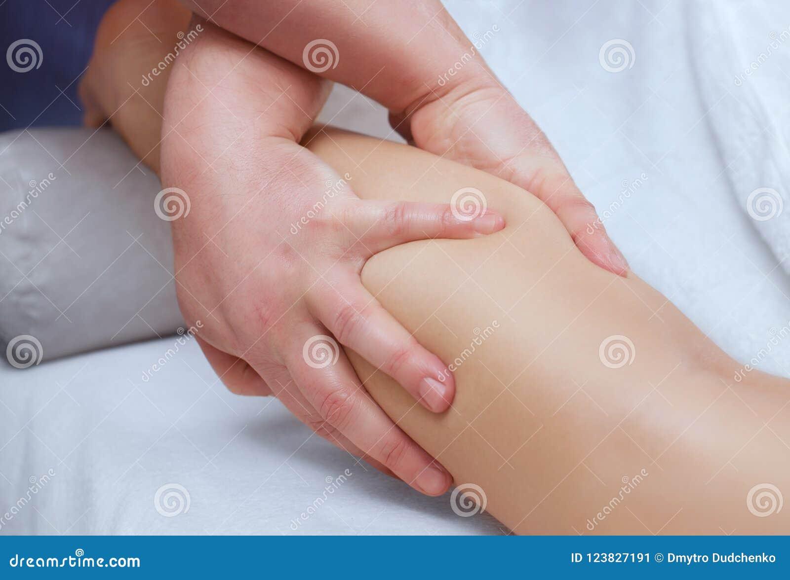 De arts-chiropodist doet een onderzoek en een massage van de geduldige benen van ` s