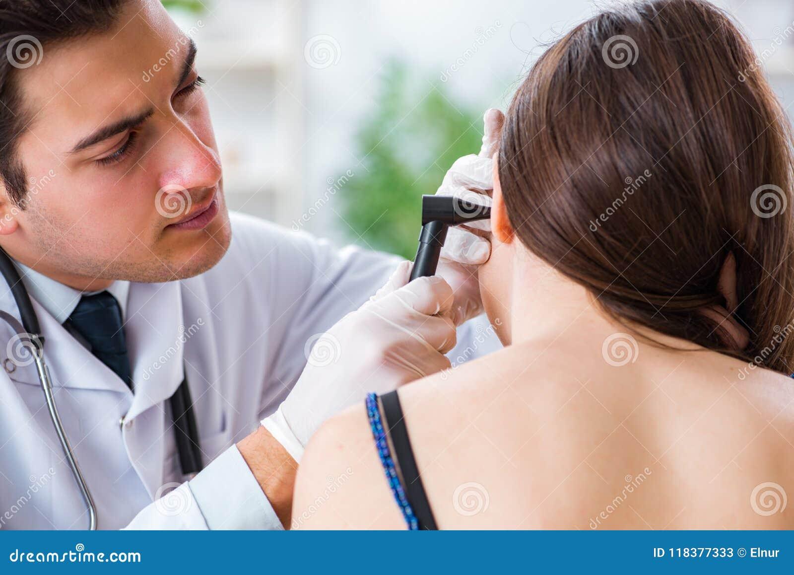 De arts die patiëntenoor controleren tijdens algemeen medisch onderzoek