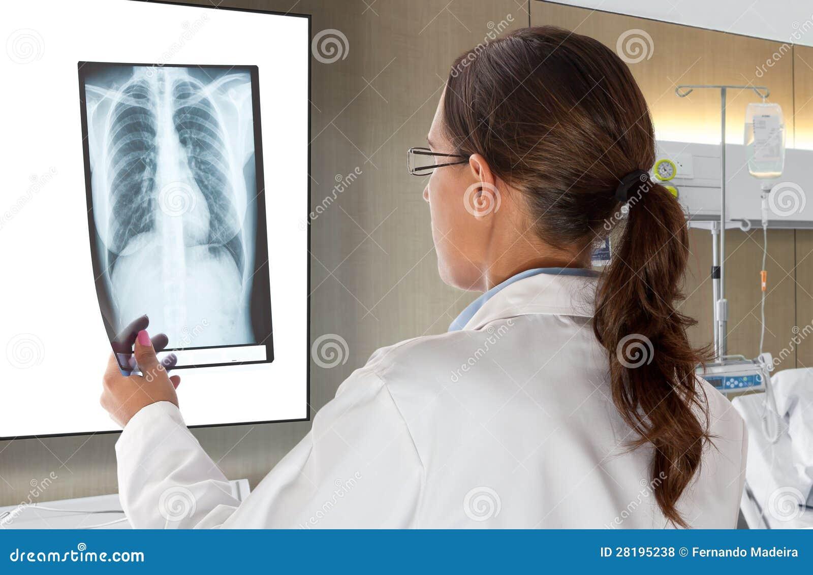De Arts die van de vrouw de Radiografie van de Röntgenstraal bekijken