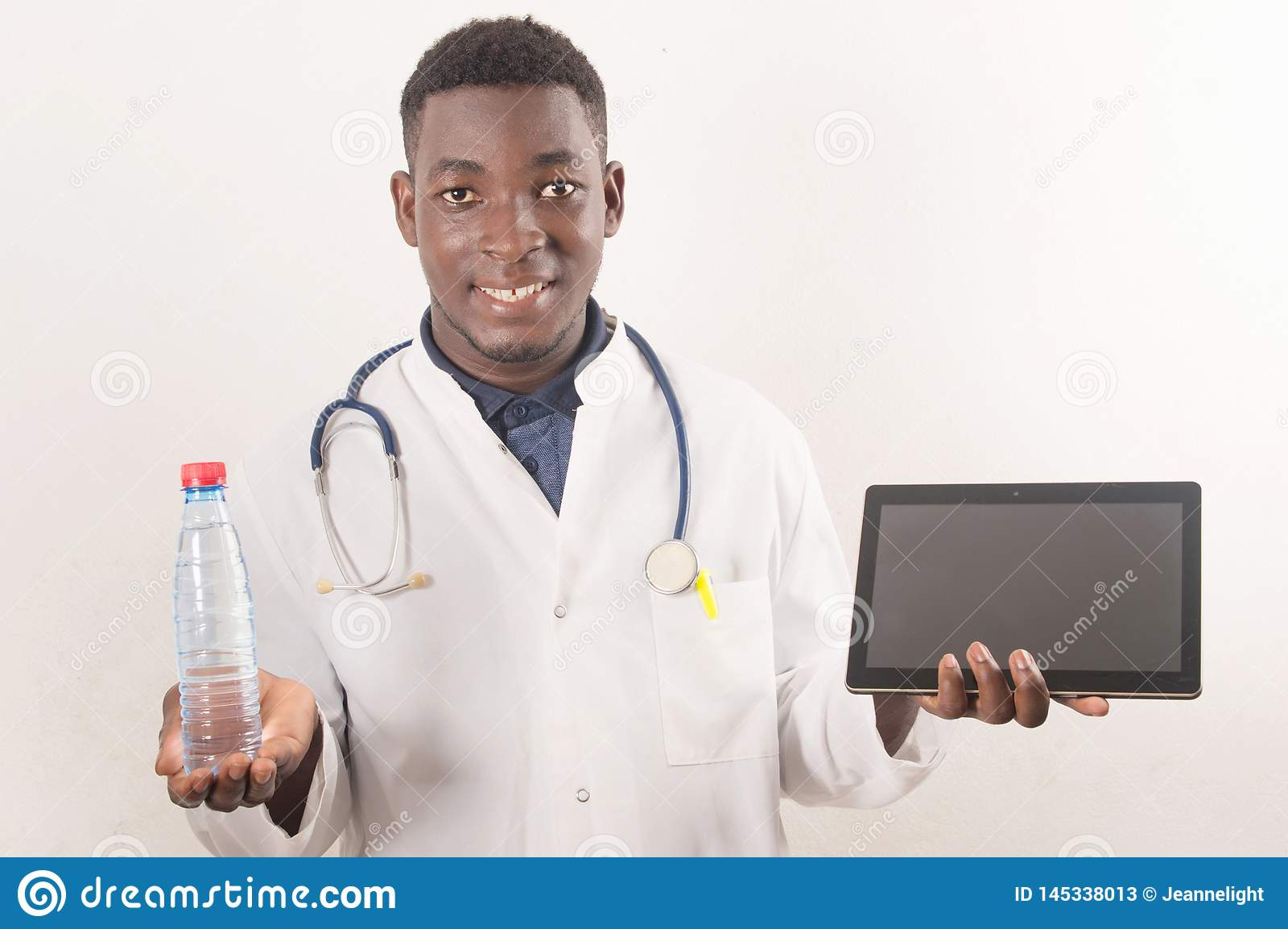 De arts houdt het zoet water medisch concept indient