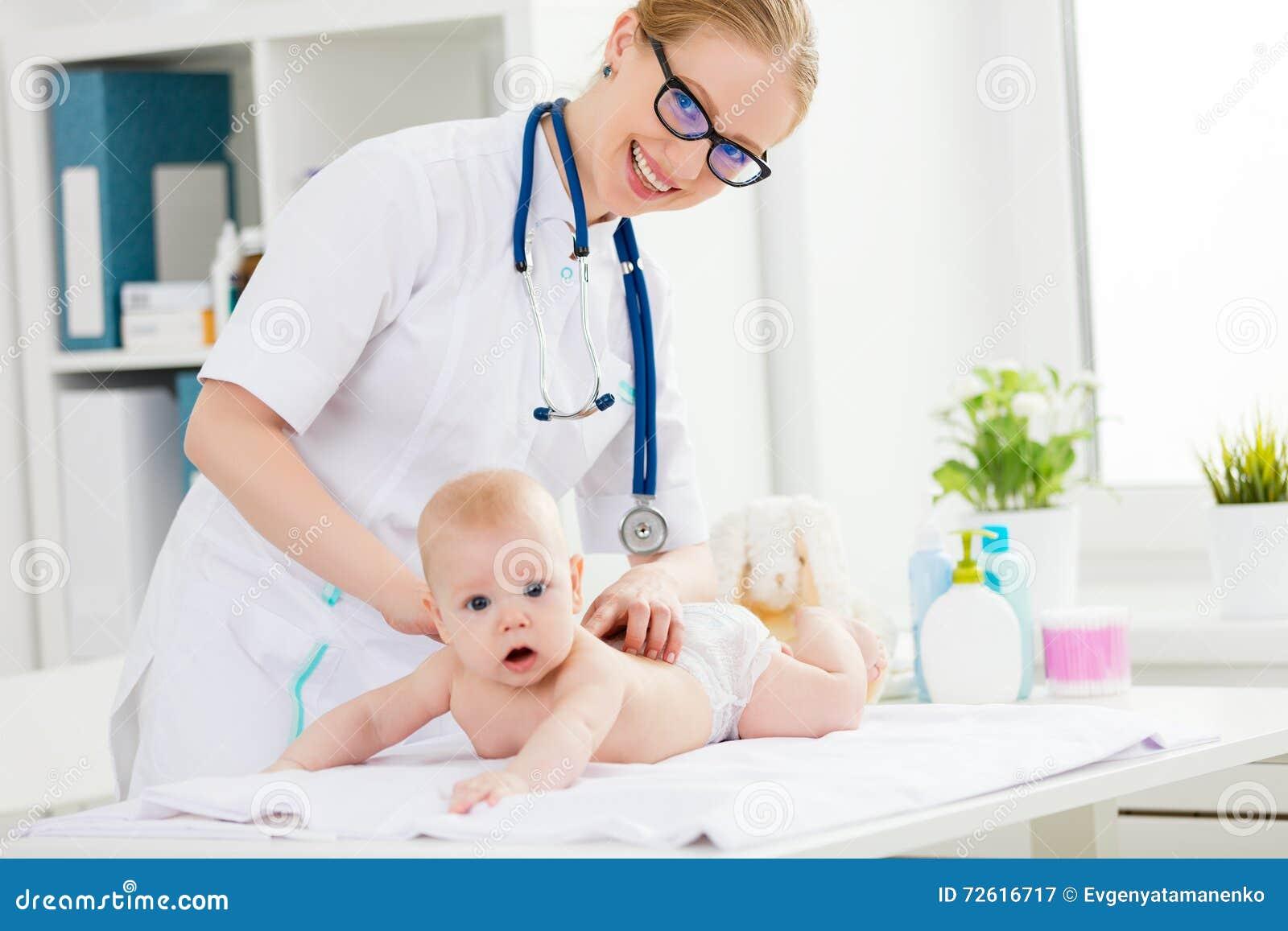 De arts maakt de babymassage