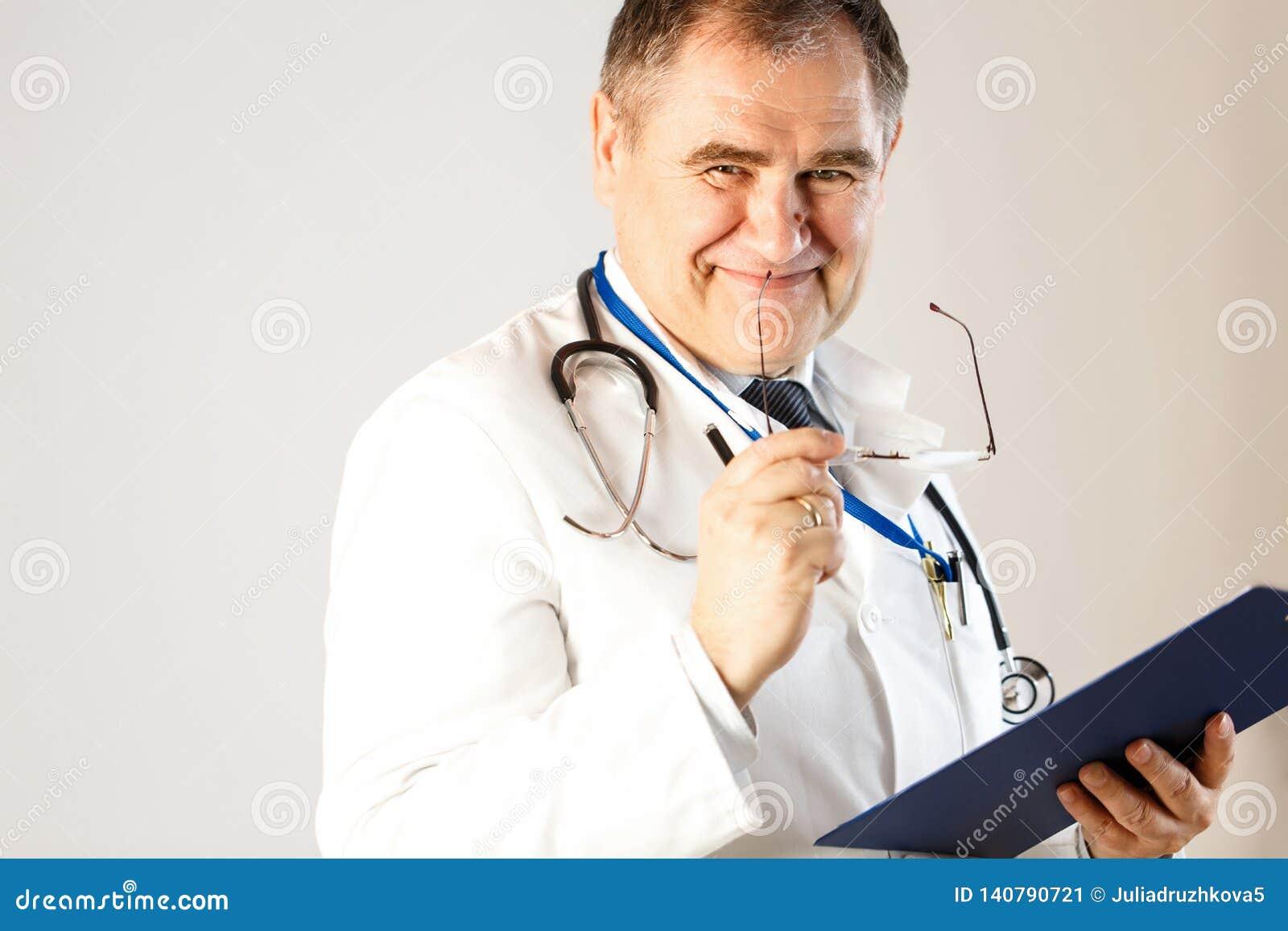 De arts van geneeskunde glimlacht, houdend glazen en een omslag voor verslagen