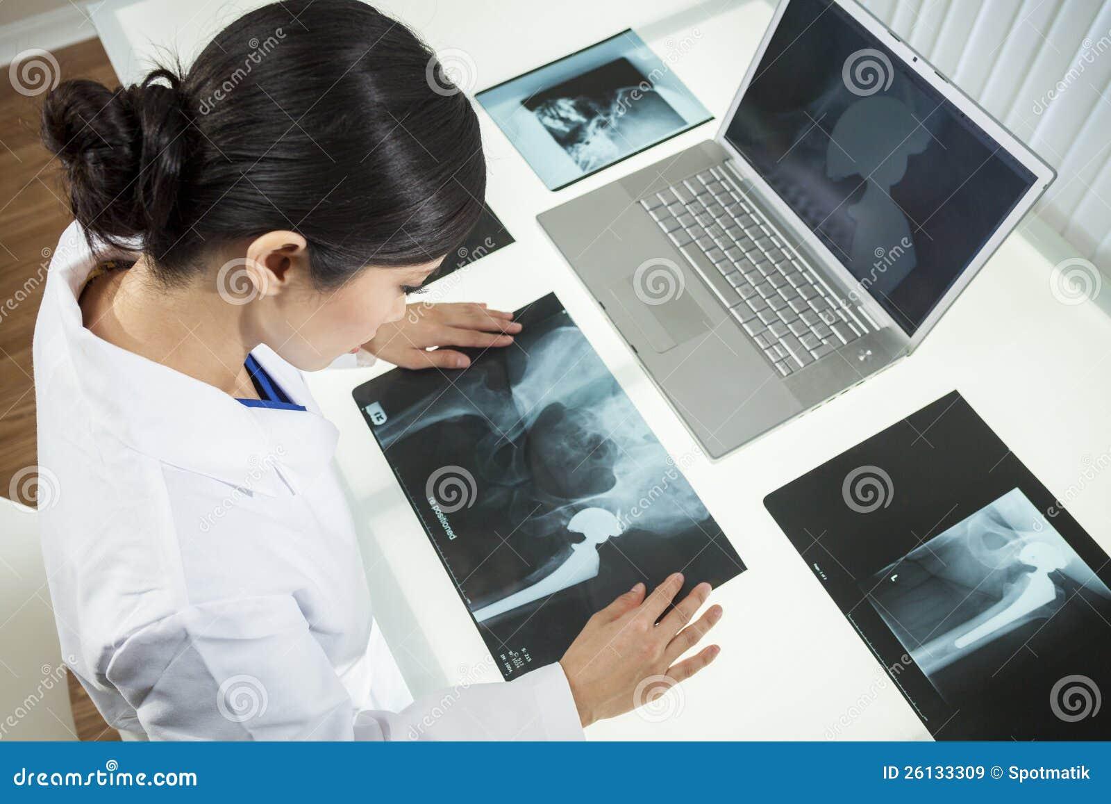 De Arts van het Ziekenhuis van de vrouw met Röntgenstralen & Laptop