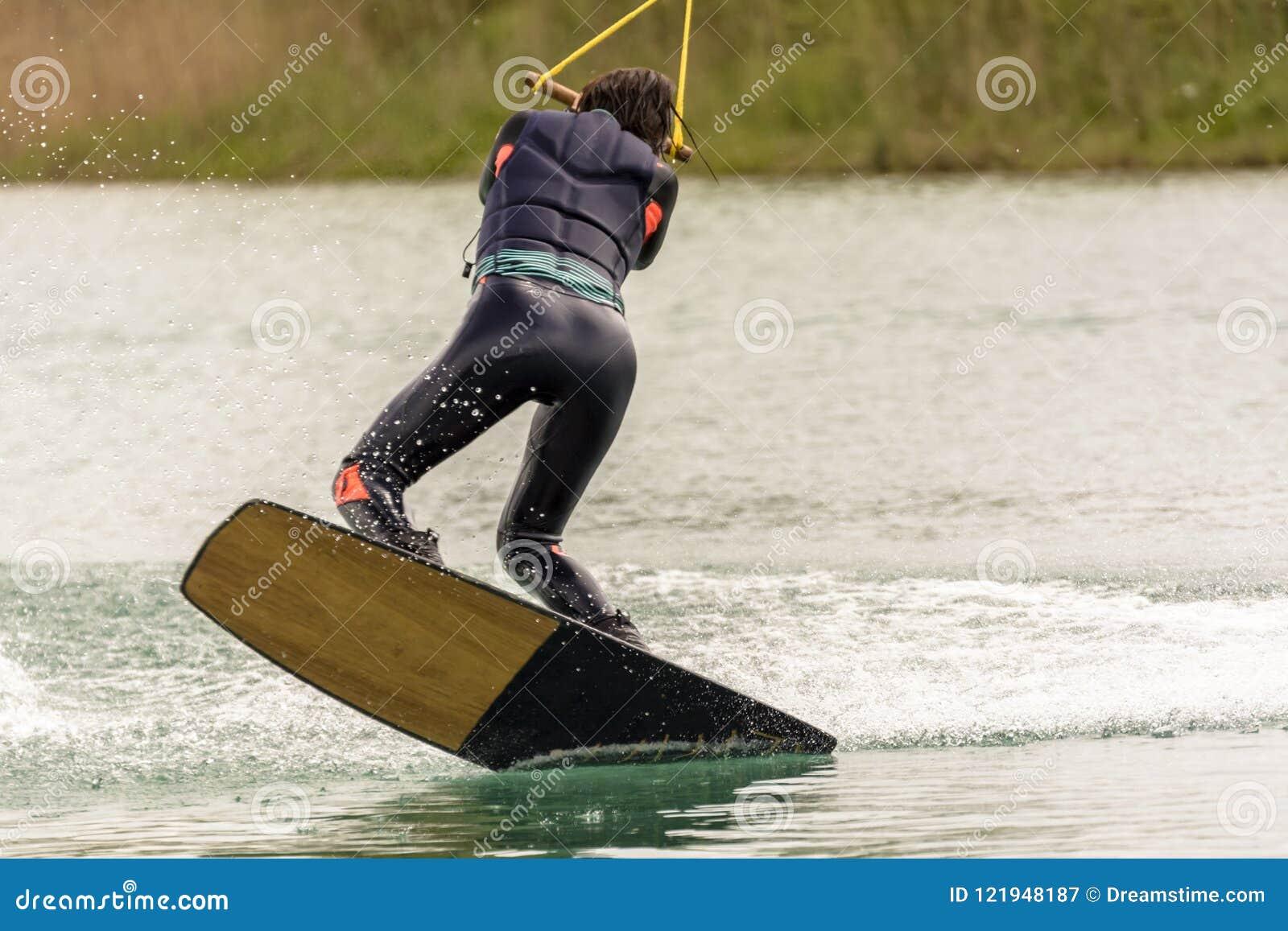 De atleet Woman is Wakeboarding bij het Kabelpark