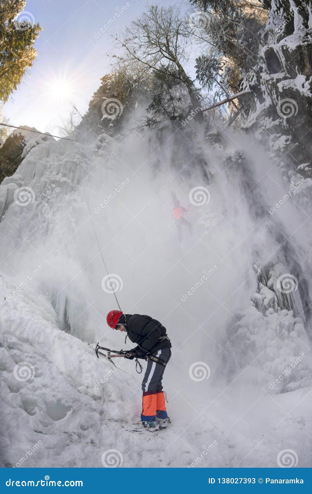 De atleten bij Manyavsky-waterval vielen in een lawine