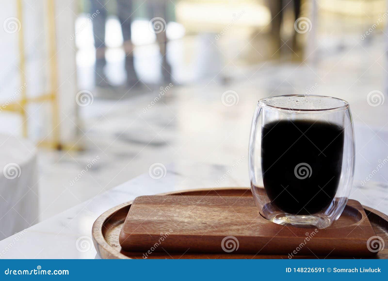 De atmosfeer in de winkel met een kop van koffie met een vaag achtergrond en een licht