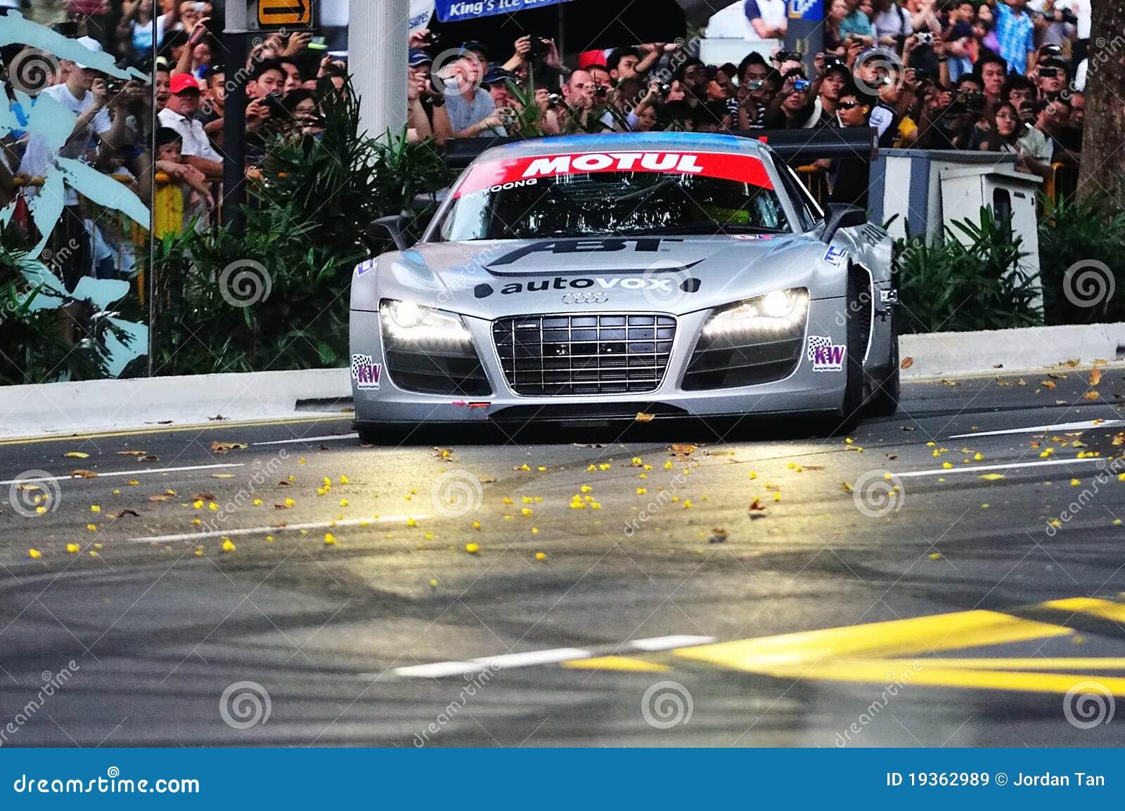 De Audi R8 LMS da velocidade estrada do pomar para baixo