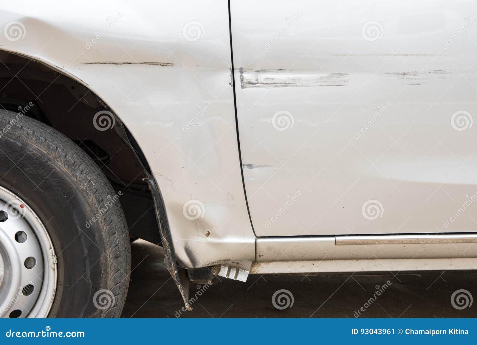 De auto heeft met diepe schade aan de verf, autoongeval gekrast