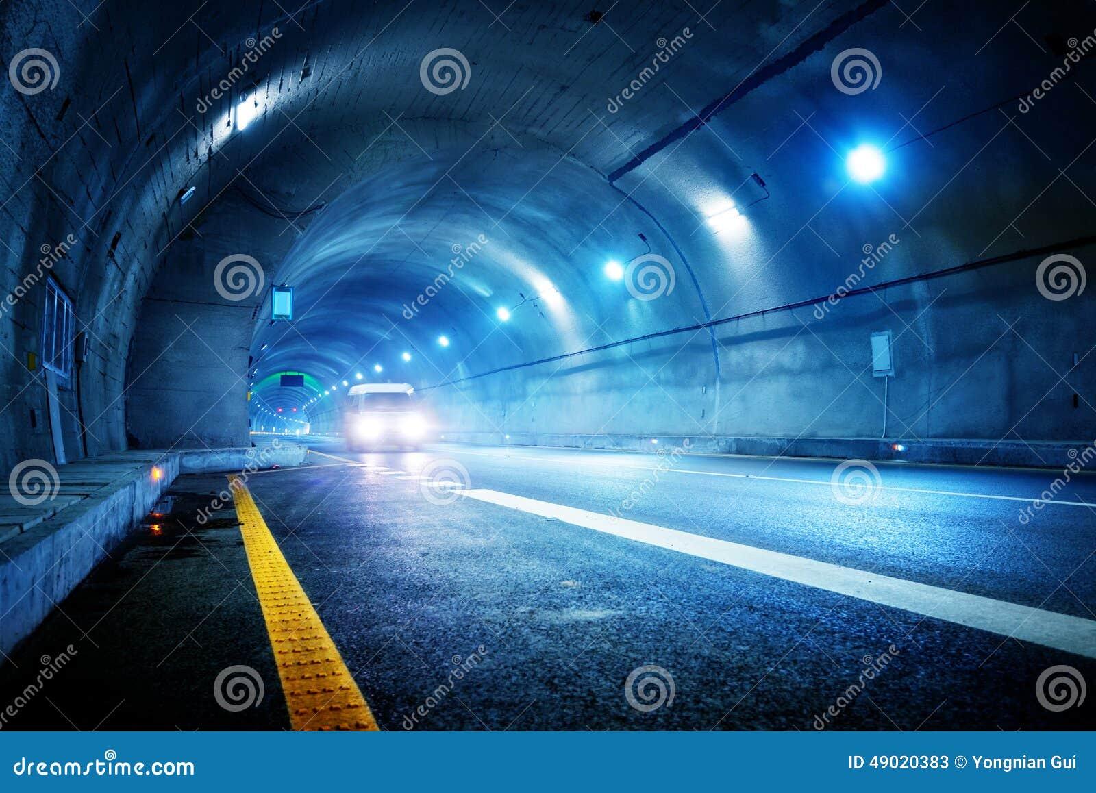 De auto van de hoge snelheid in de tunnel