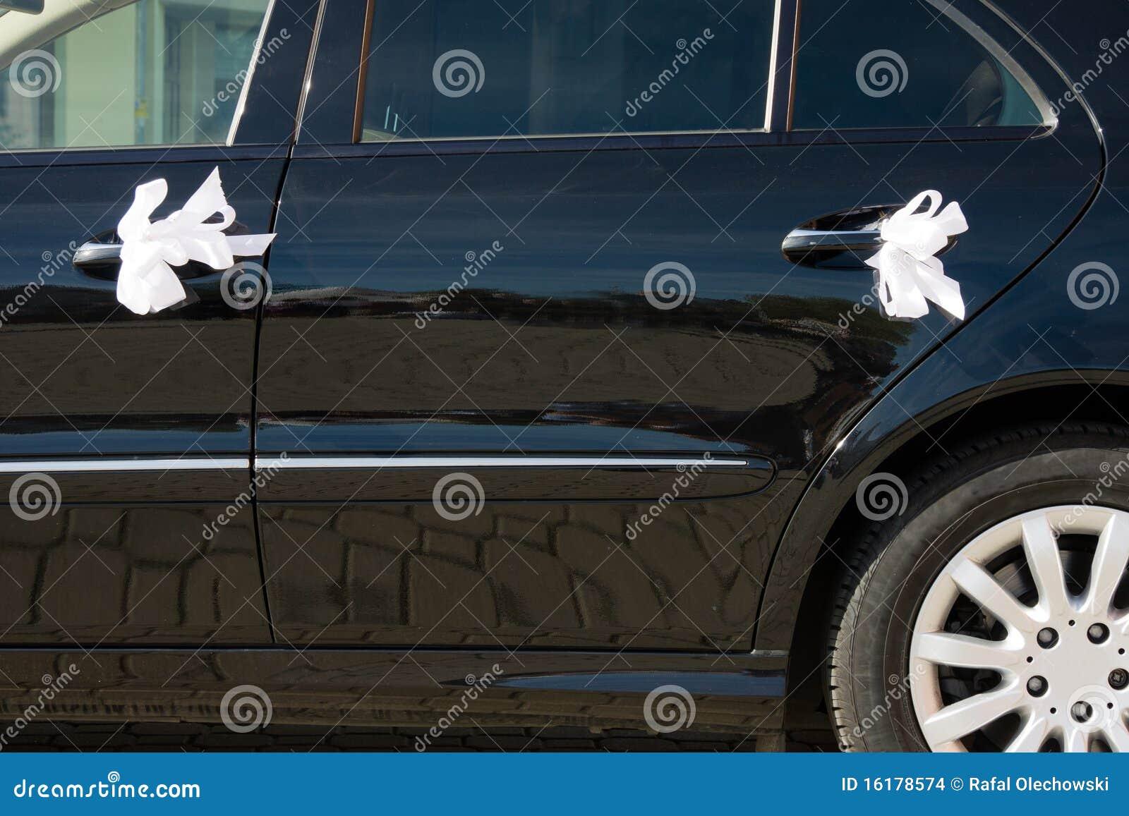 De auto van het huwelijk die door linten wordt verfraaid