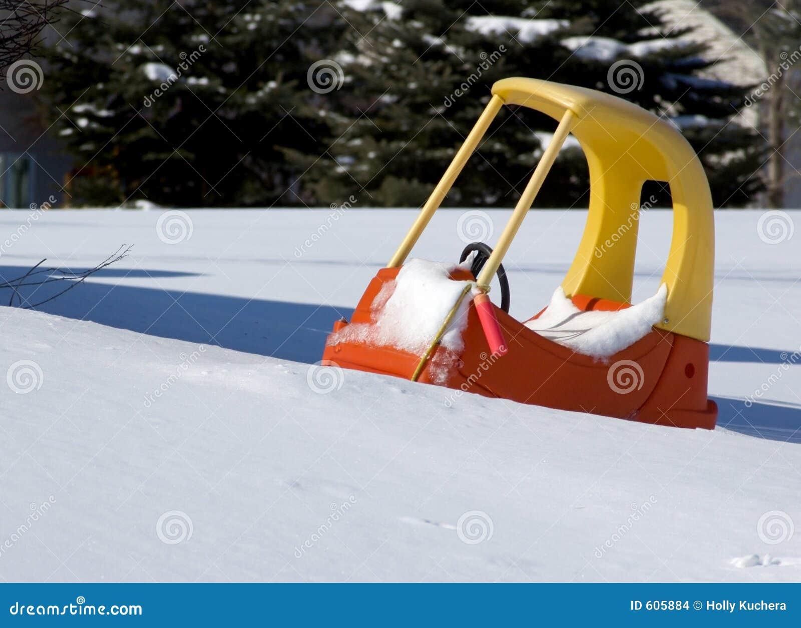 De Auto van het pedaal die in de Sneeuw wordt geplakt